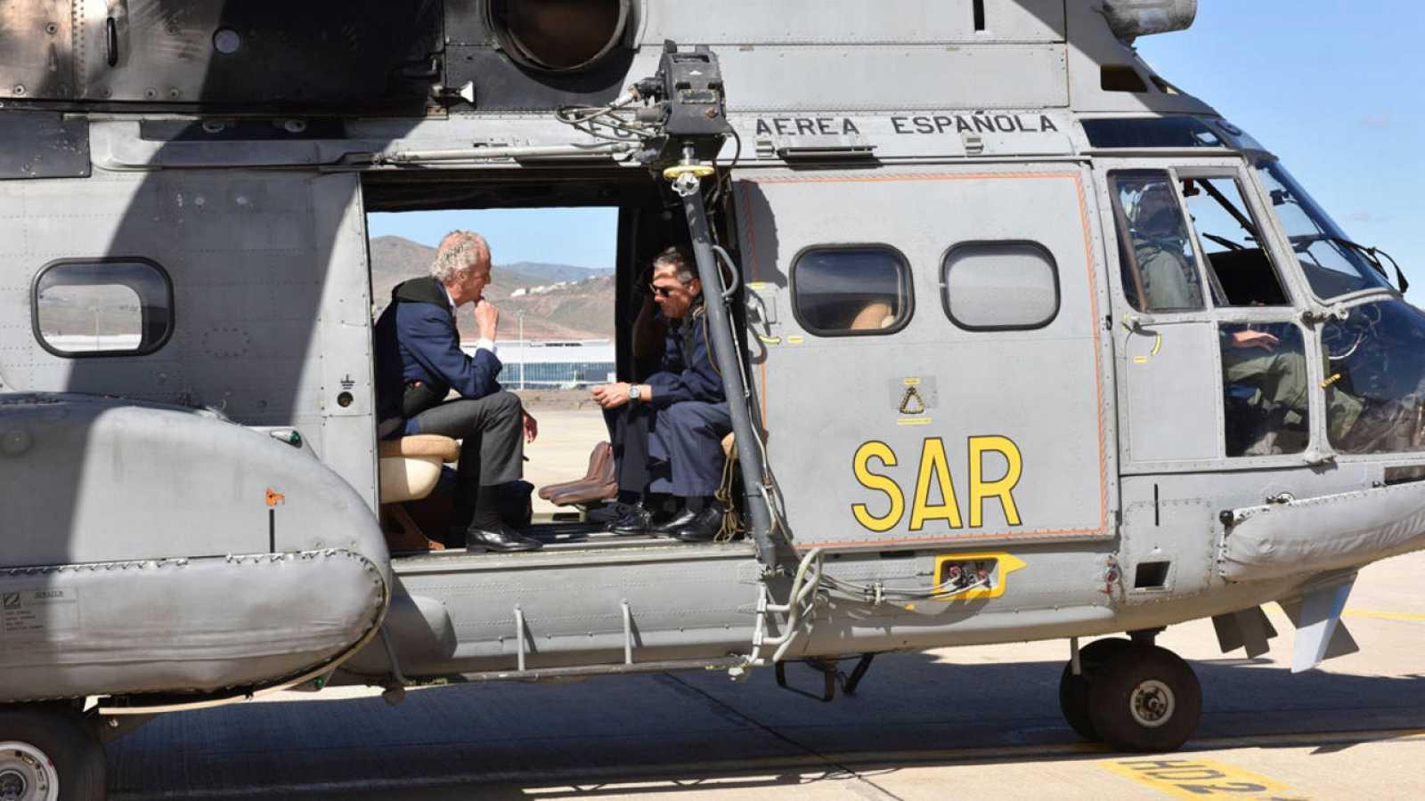 El ministro de Defensa, Pedro Morenés, en Las Palmas de Gran Canarias, dentro de un helicóptero Superpuma.