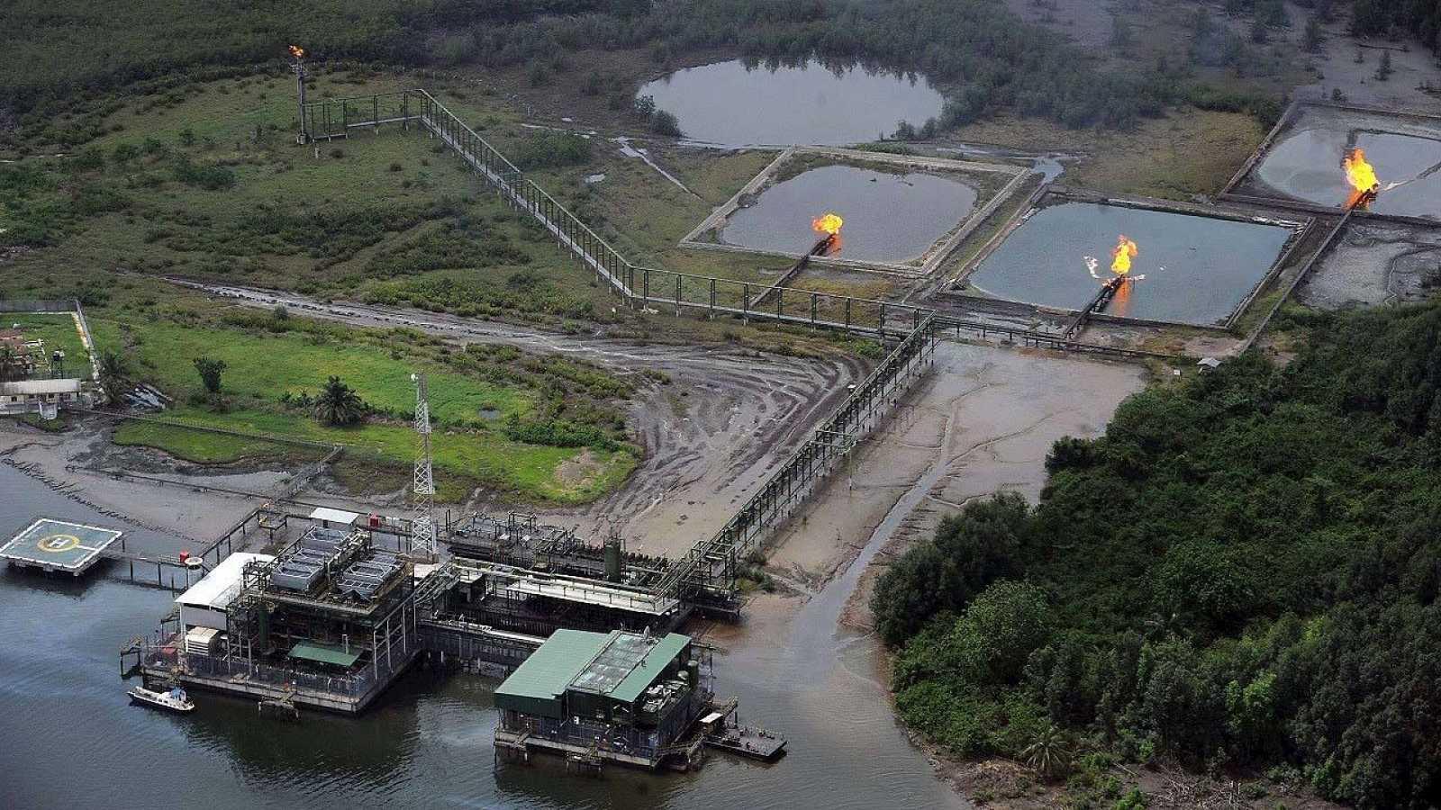 Fotografía de archivo (22 de marzo de 2013) de los canales de la planta de gas Cawtharine de Shell en Awoba, delta del río Níger, en Nigeria.  AFP PHOTO / PIUS UTOMI EKPEI