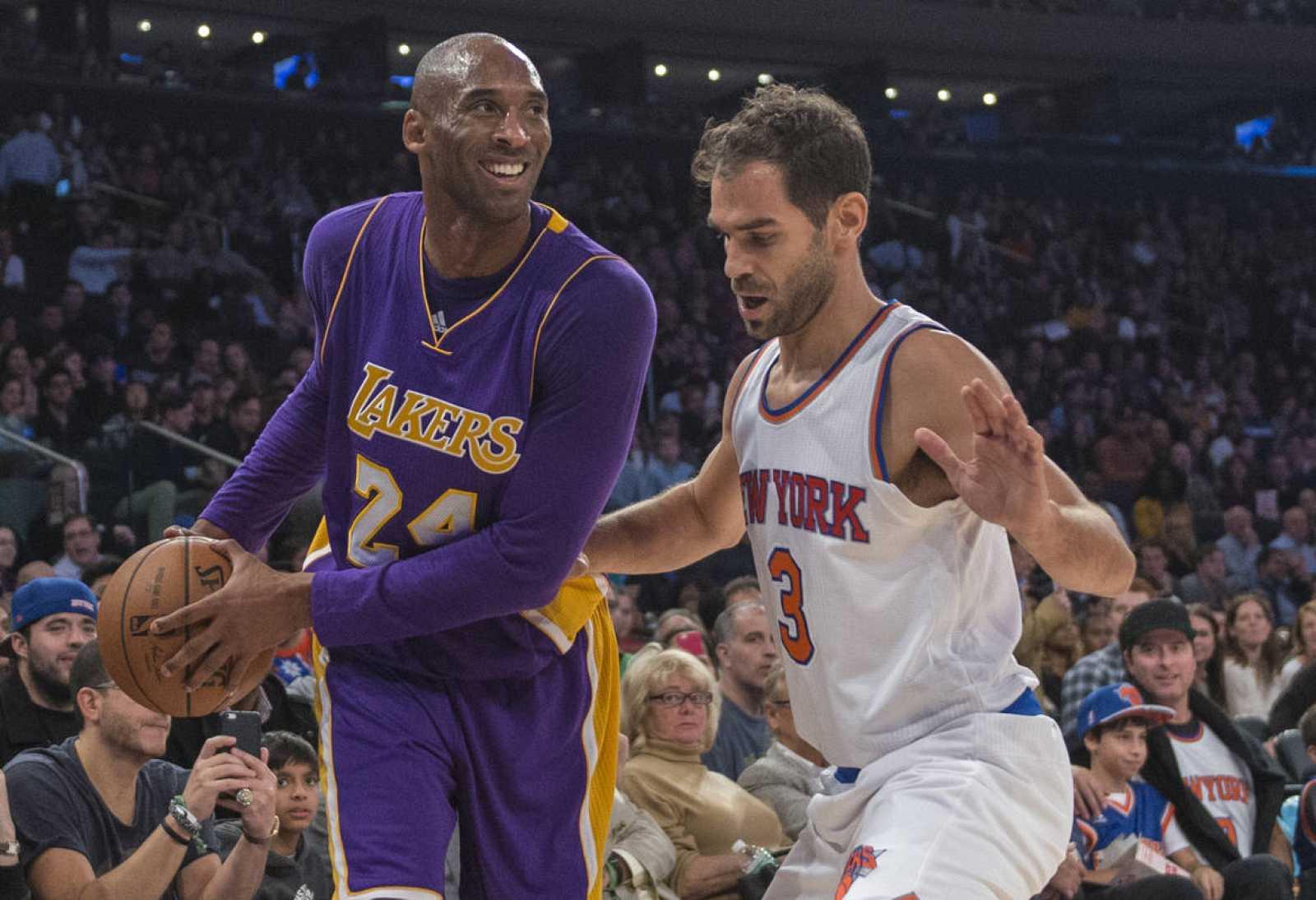 Imagen de José Calderón y Kobe Bryant durante el enfrentamiento entre Los Ángeles Lakers y los New York Knicks en el Madison Square Garden.