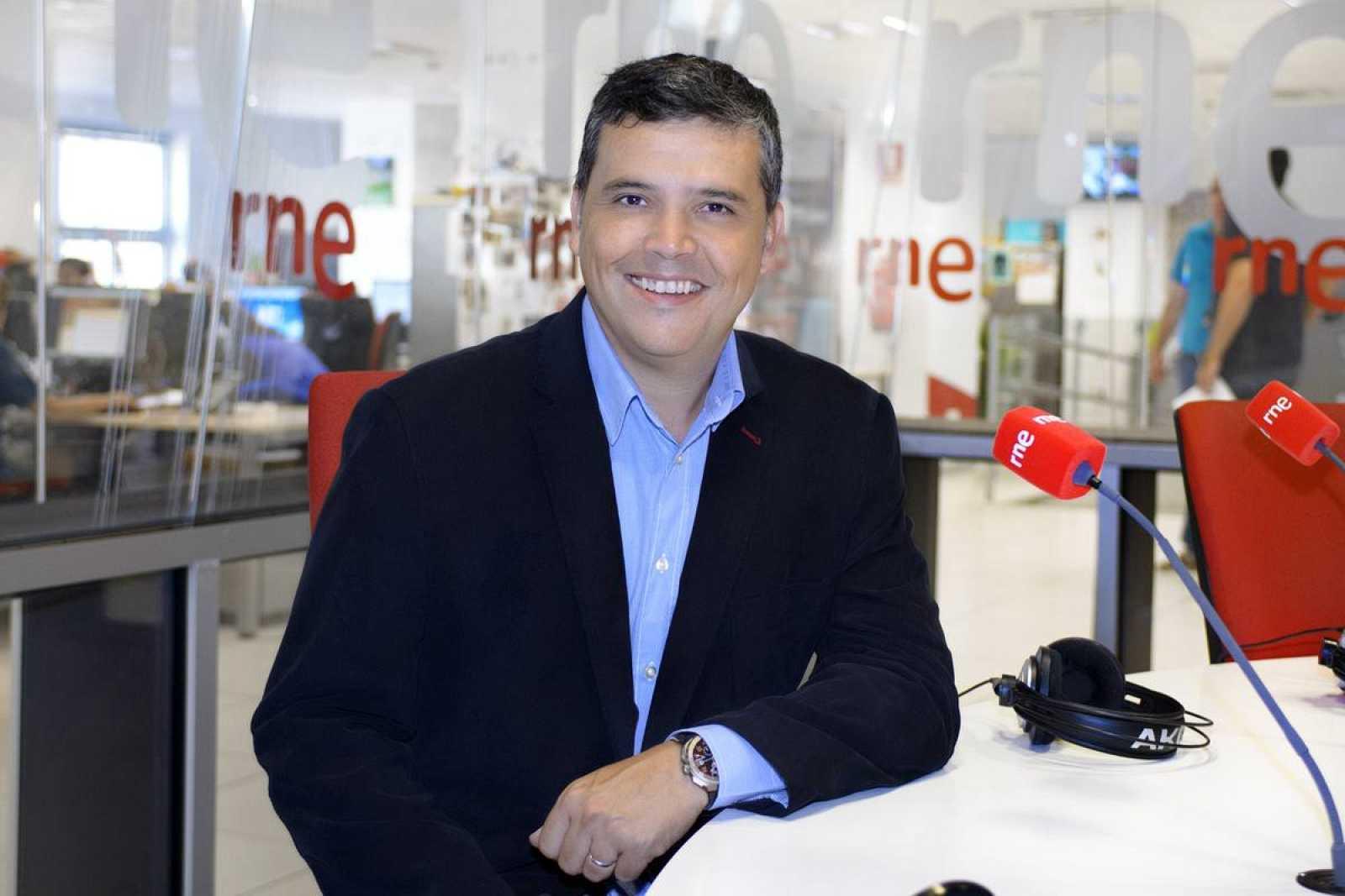 El director y presentador de 'Las mañanas de RNE', Alfredo Menéndez