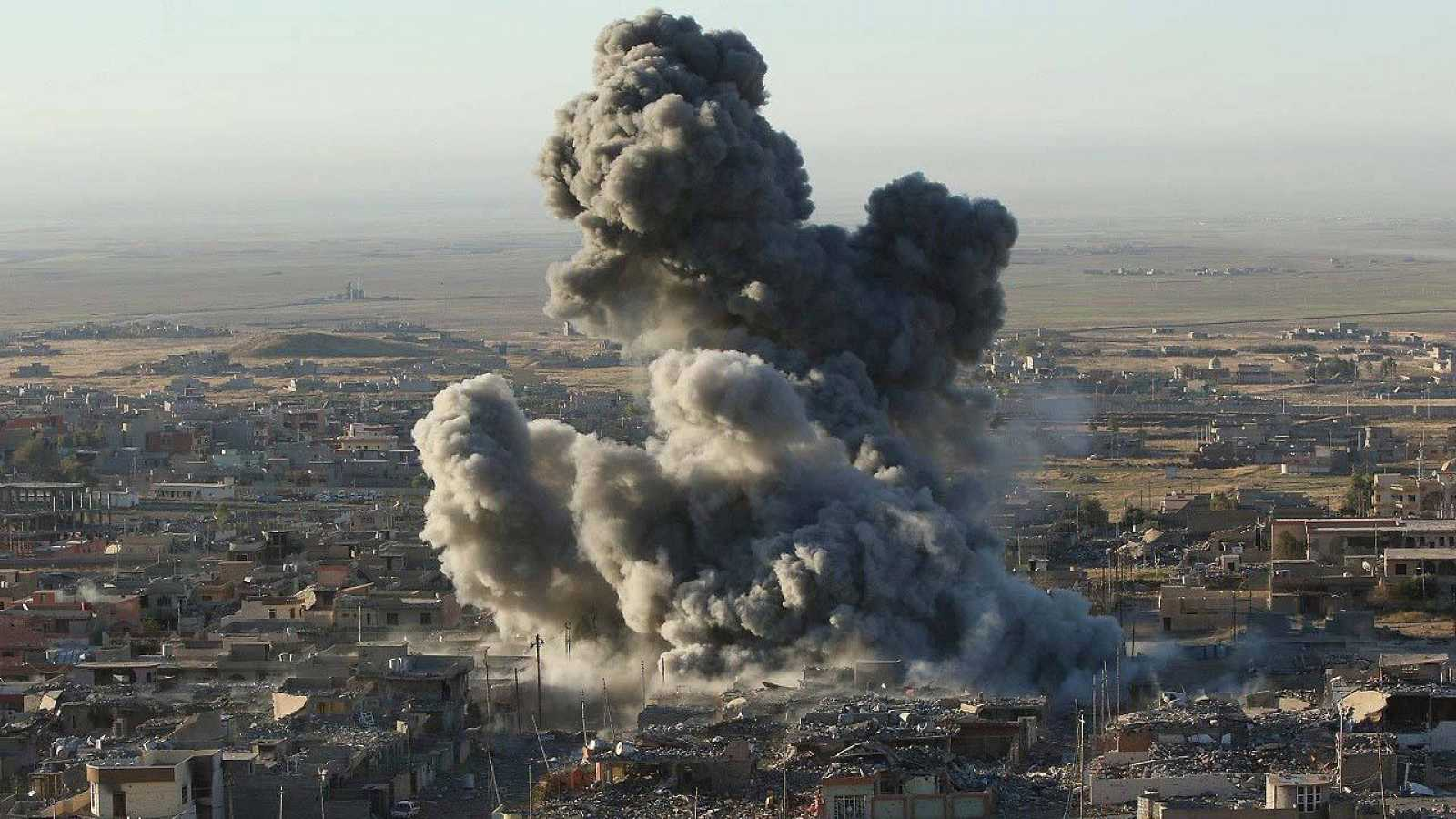 Bombardeo de EE.UU. sobre Sinyar, en el norte de Irak, el 12 de noviembre de 2015. REUTERS/Ari Jalal