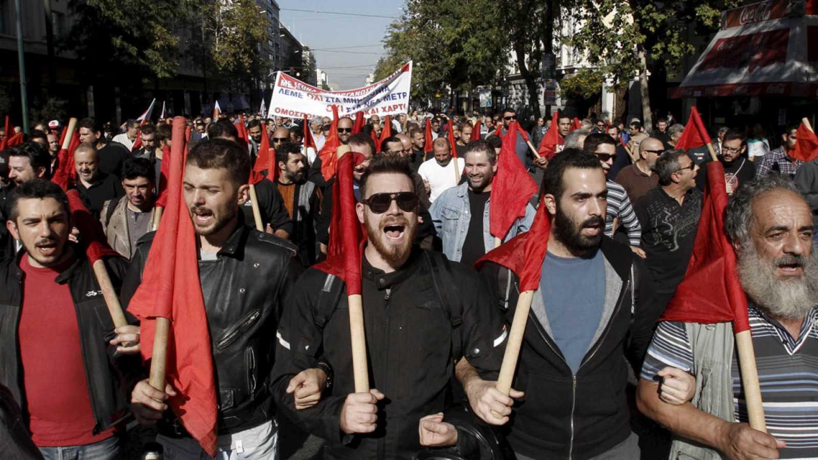 Un grupo de manifestantes comunistas del PAME en el centro de Atenas