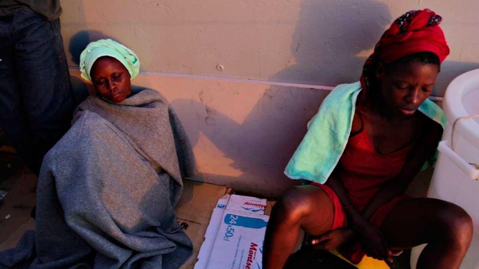 Dos mujeres tras ser rescatadas de aguas del Mediterráneo por el barco de MSF 'Dignity'