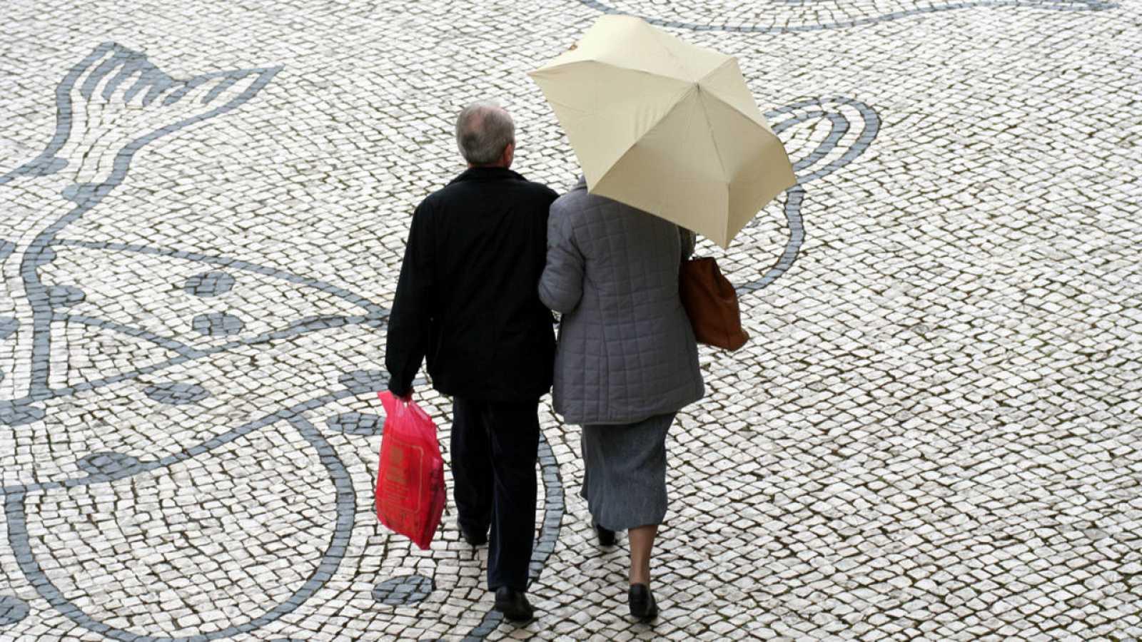 Una pareja pasea en Lisboa