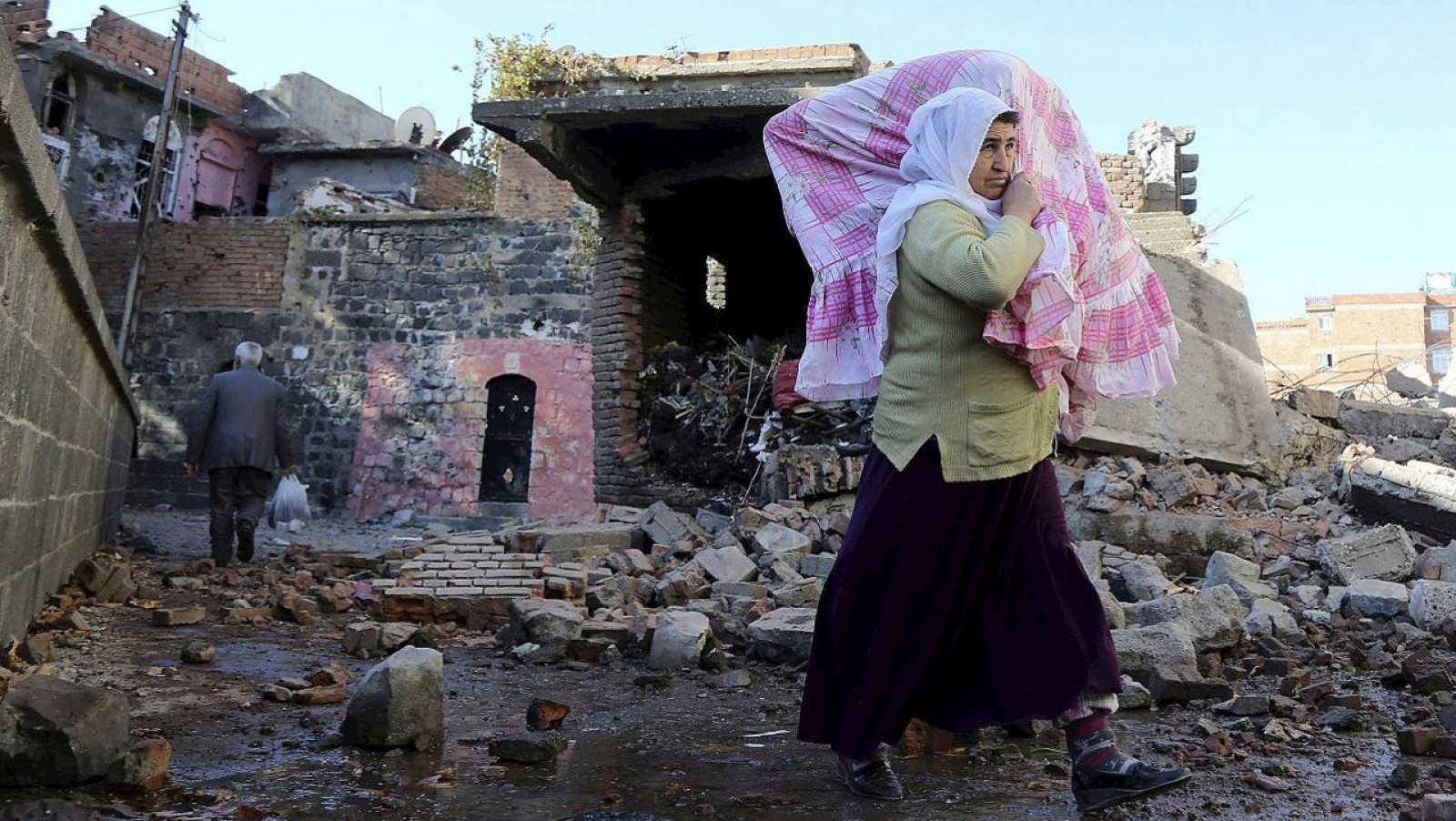 Residentes huyen de sus casas por los enfrentamientos entre el Ejército y militantes del PKK en Diyarbakir, sur de Turquía, el 14 de diciembre EFE
