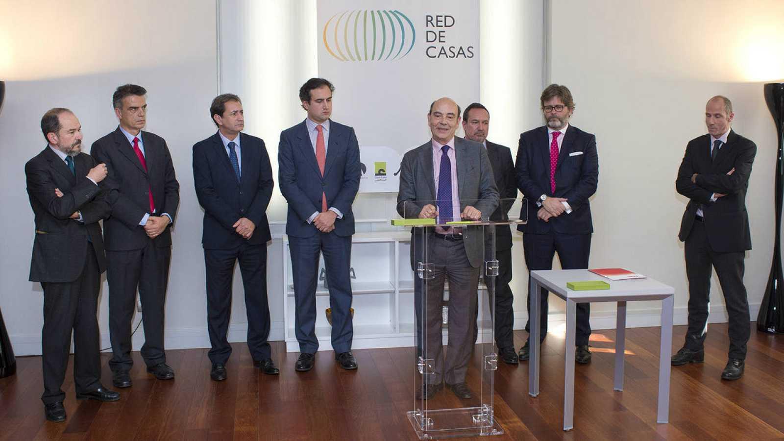 Momento de la firma del convenio entre RNE y la Red de Casas
