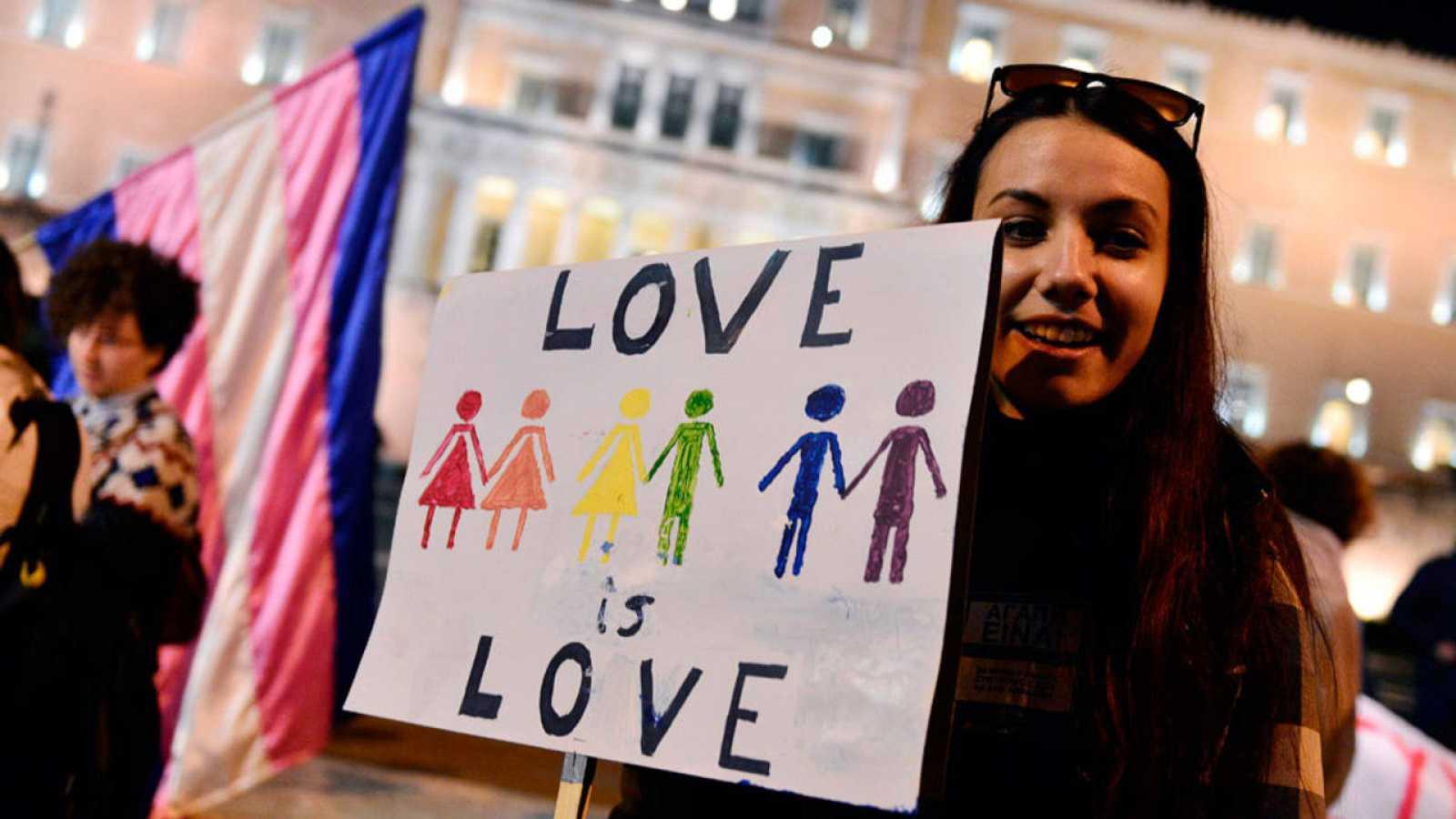 Joven se manifiesta por la unión civil de personas del mismo sexo