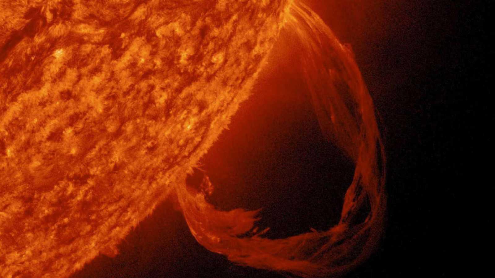 Las erupciones solares son explosiones masivas que arrojan millones de toneladas de gas de plasma y radiación en el espacio.