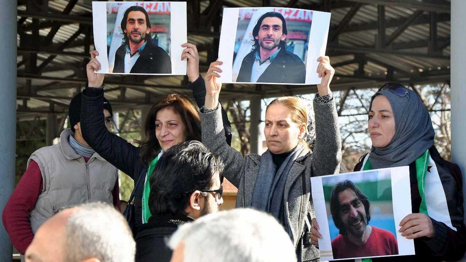 Funeral por el periodista sirio Naji Jerf, asesinado en Turquía por sus reportajes críticos con el Estado Islámico (EI) (Gaziantep, Turquía, 27 de diciembre de 2015). AFP