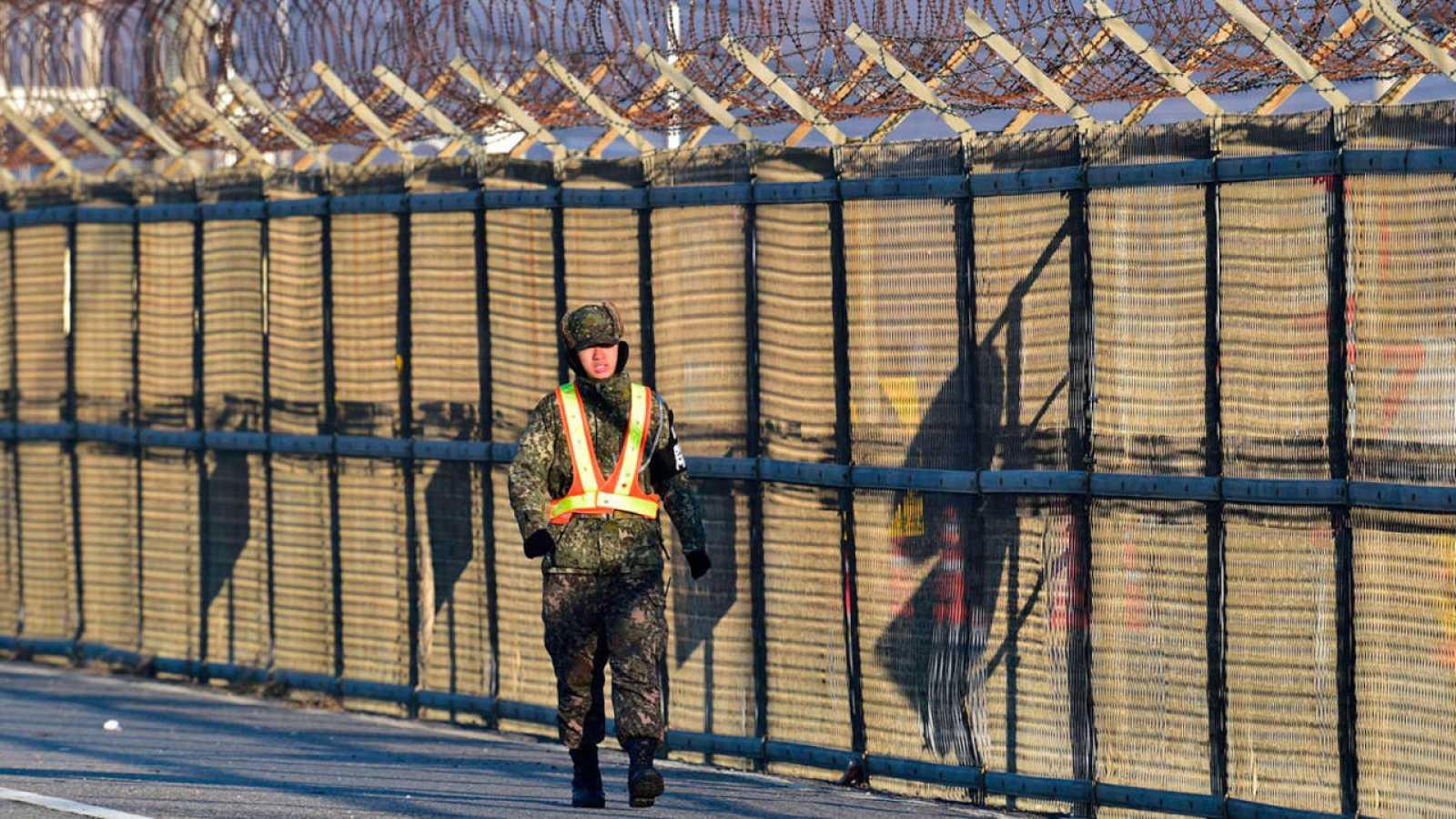 Un soldado surcoreano vigila la valla fronteriza con Corea del Norte.