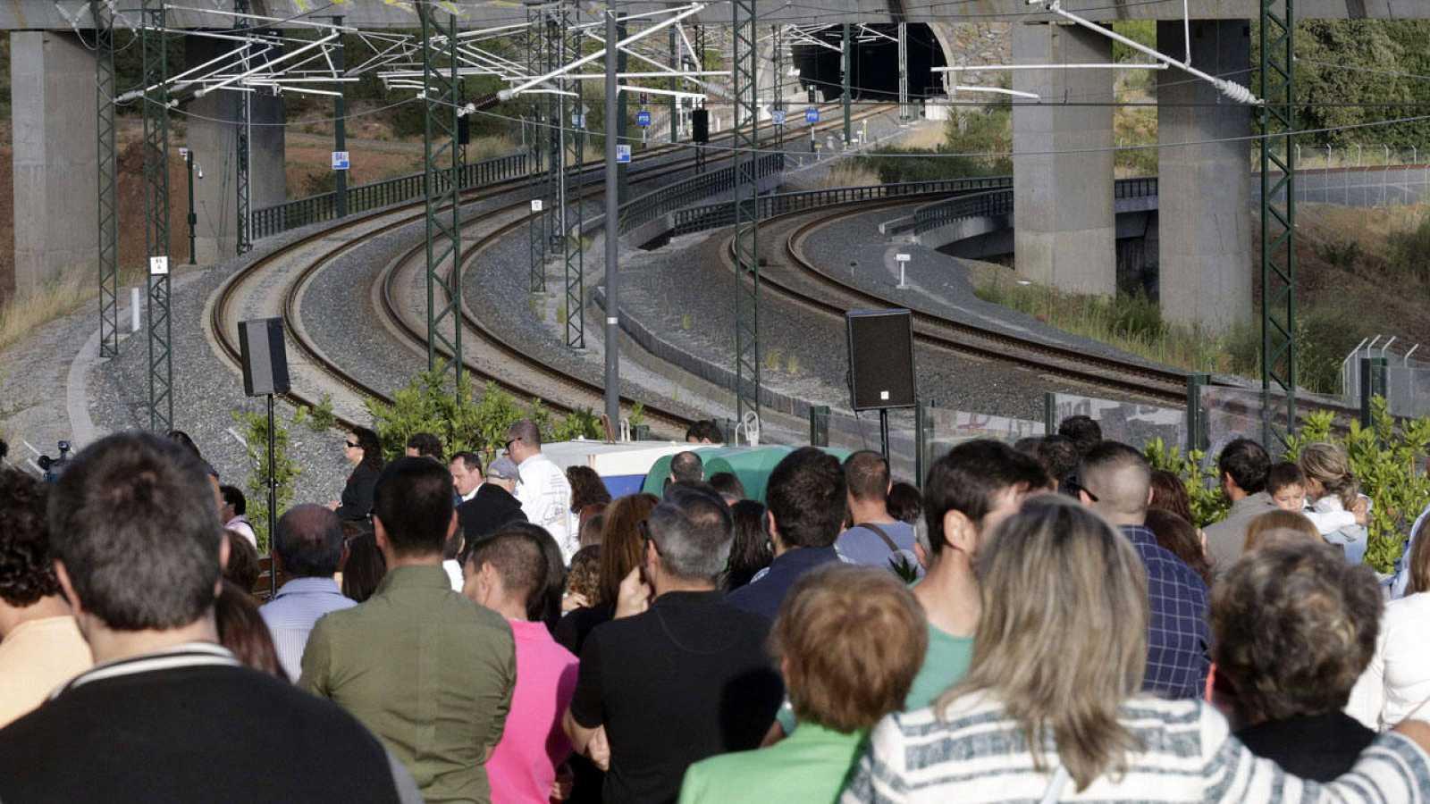 Víctimas y familiares en la curva de Angrois dos años después del accidente.