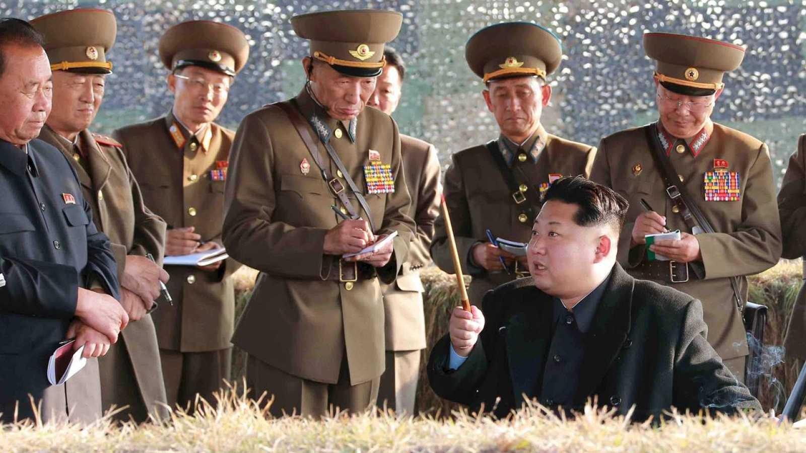 El dictador norcoreano Kim Jong Un presencia unas maniobras militares en Pyongyang