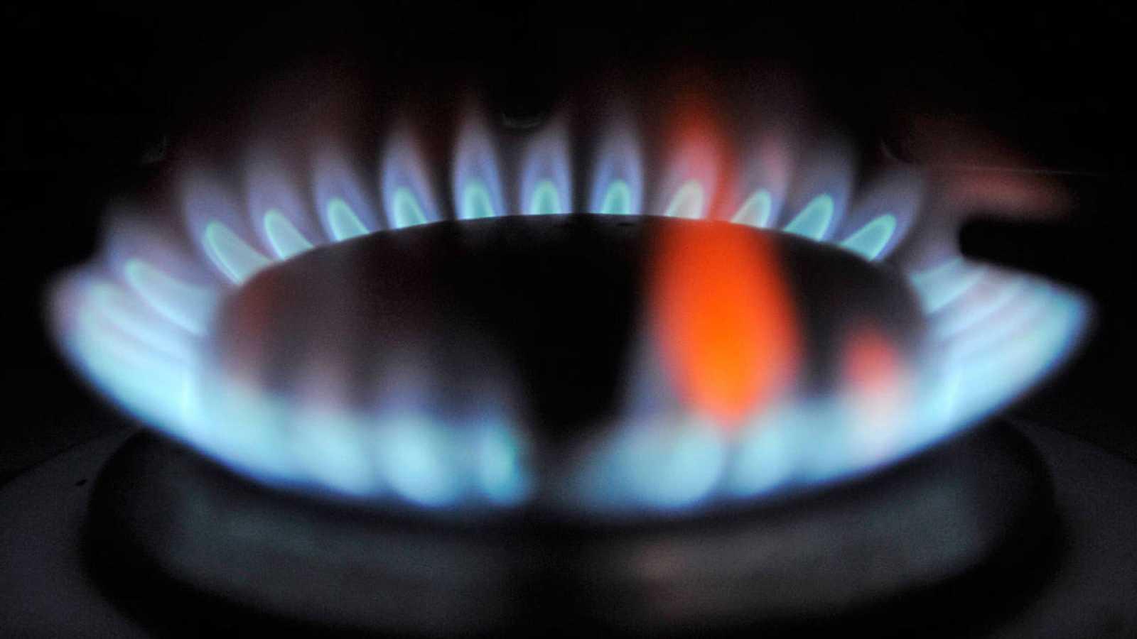 Un fogón encendido en una cocina de gas butano