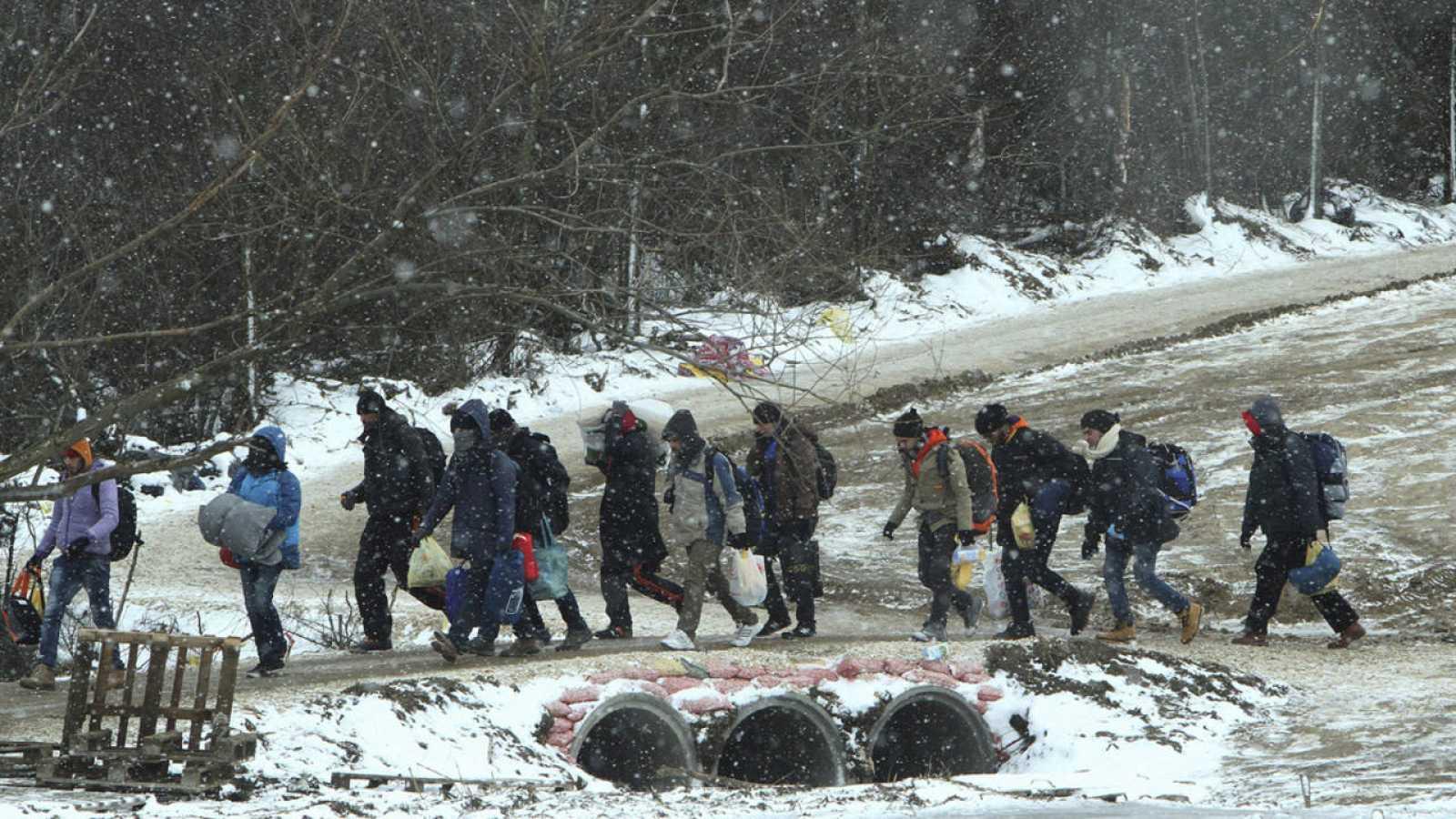 Refugiados de Siria, Irak y Afganistán caminan hacia un campamento temporal para inmigrantes en el pueblo de Miratovac, Serbia