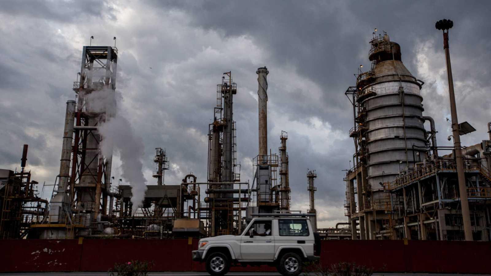 Un automóvil pasa frente a la refinería El Palito, ubicada en el estado Carabobo (Venezuela)