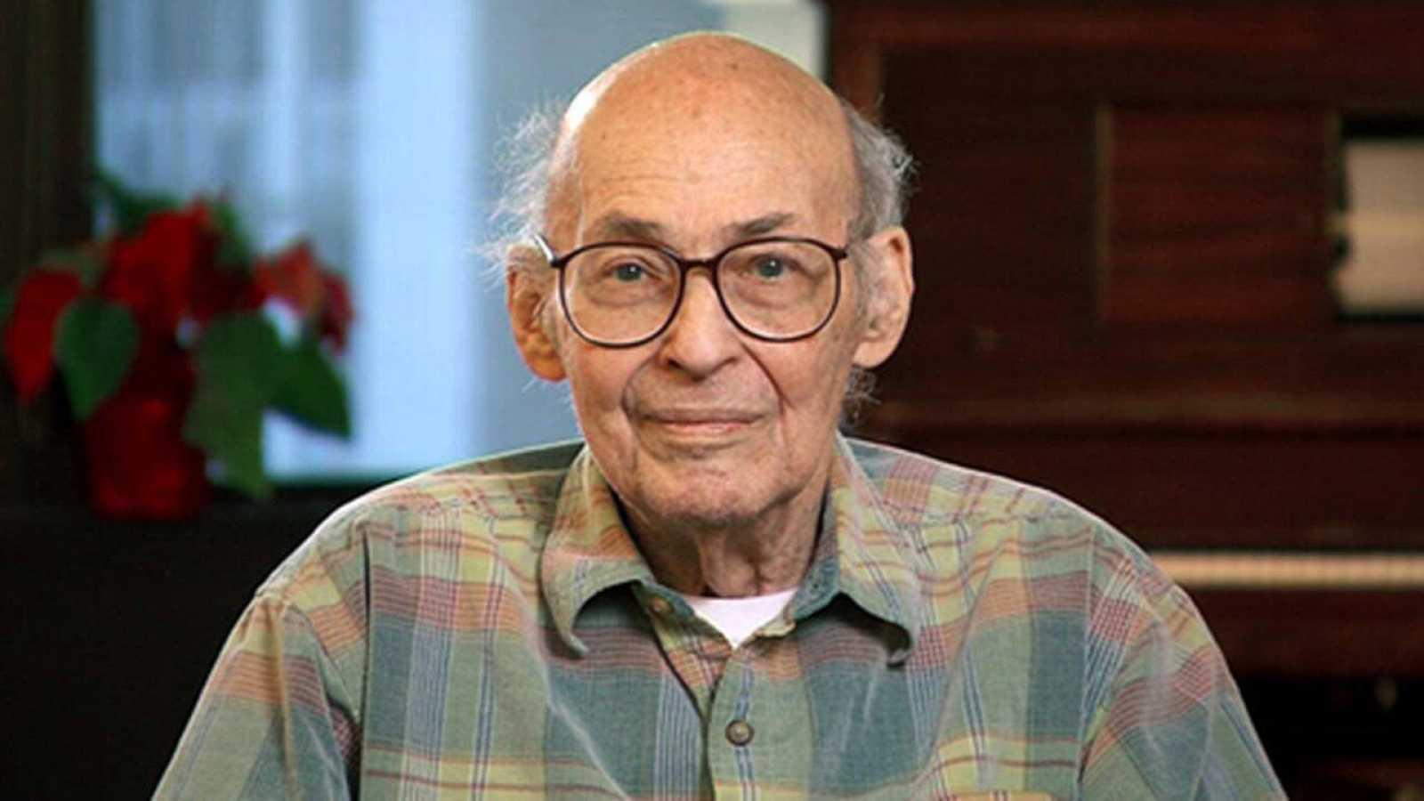 Imagen de 2014 de Marvin Minsky, catedrático de Ingeniería Eléctrica y Ciencias de la Computación del MIT.