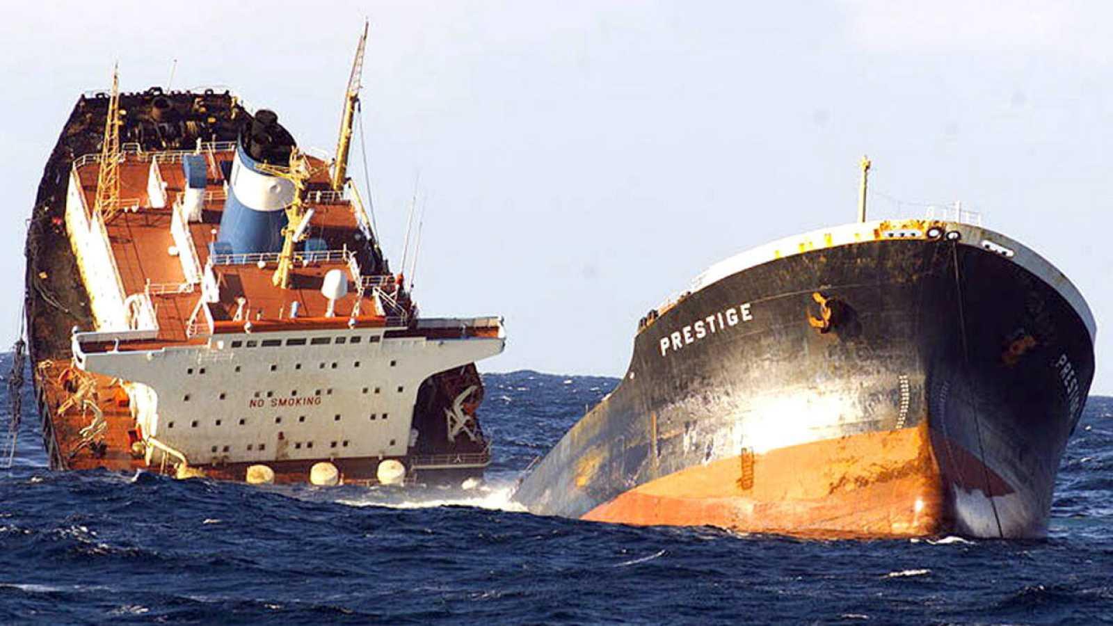 """Fotografía del petrolero """"Prestige"""" partido en dos, realizada desde la Fragata """"Baleares"""" de la Armada Española."""