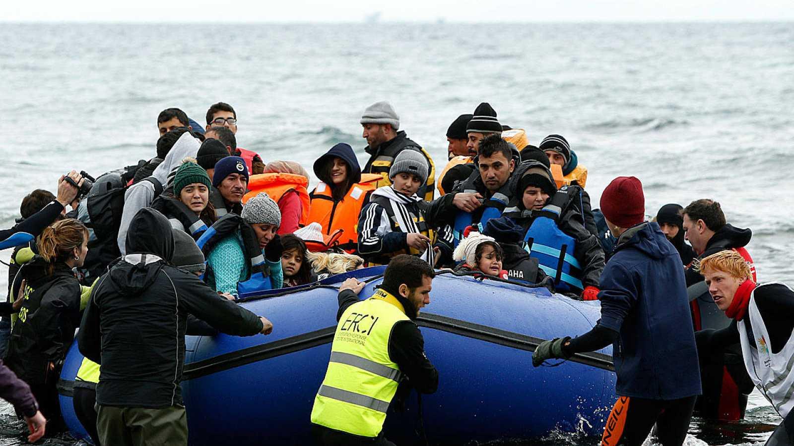 Voluntarios acuden al rescate de un grupo de refugiados y migrantes frente a la isla griega de Lesbos este viernes.