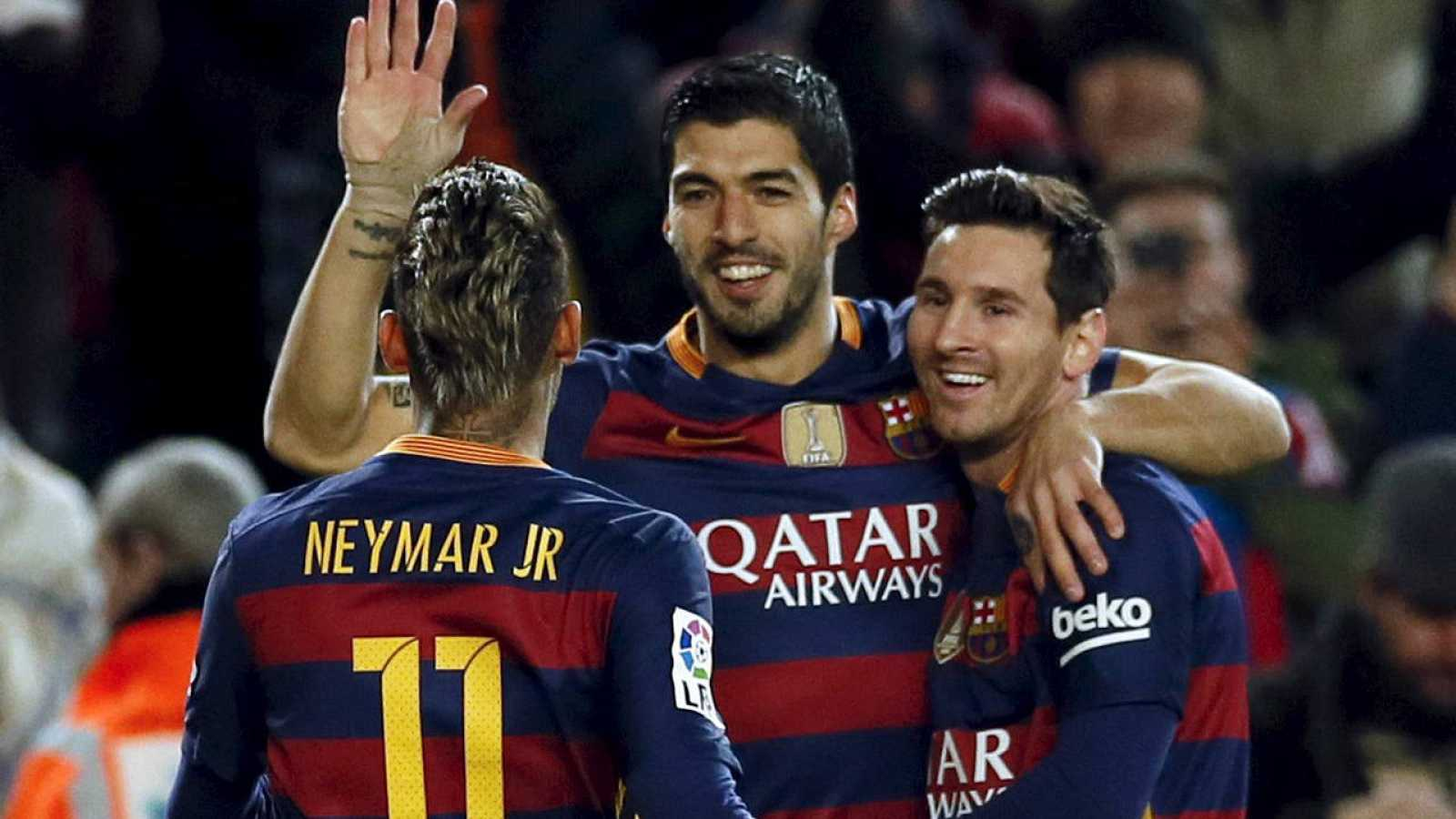 Luis Suárez celebra uno de sus goles con Messi y Neymar