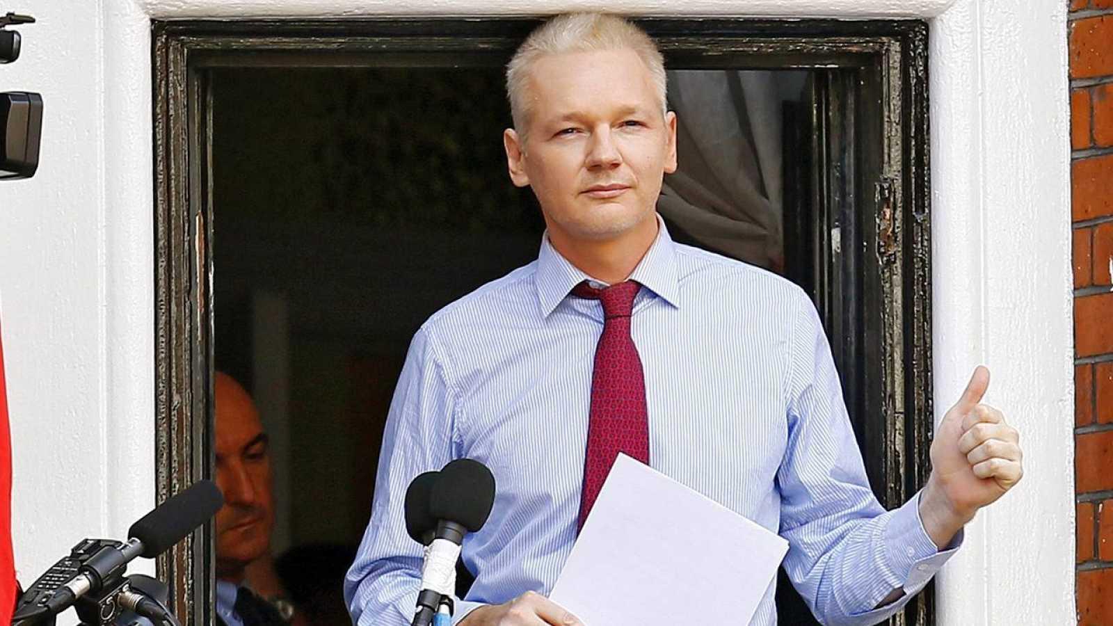 Fotografía de archivo de Julian Assange haciendo una declaración pública desde la Embajada ecuatoriana en Londres