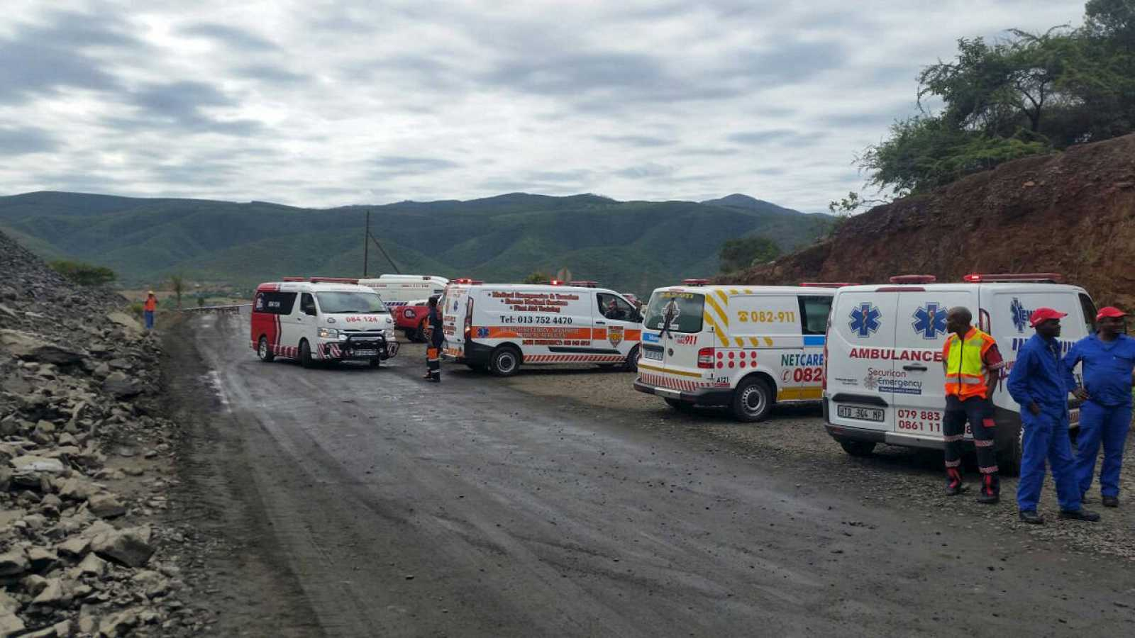 Vehículos de rescate y sanitarios junto a la mina siniestrada Lily, cerca de Barberton en Sudáfrica