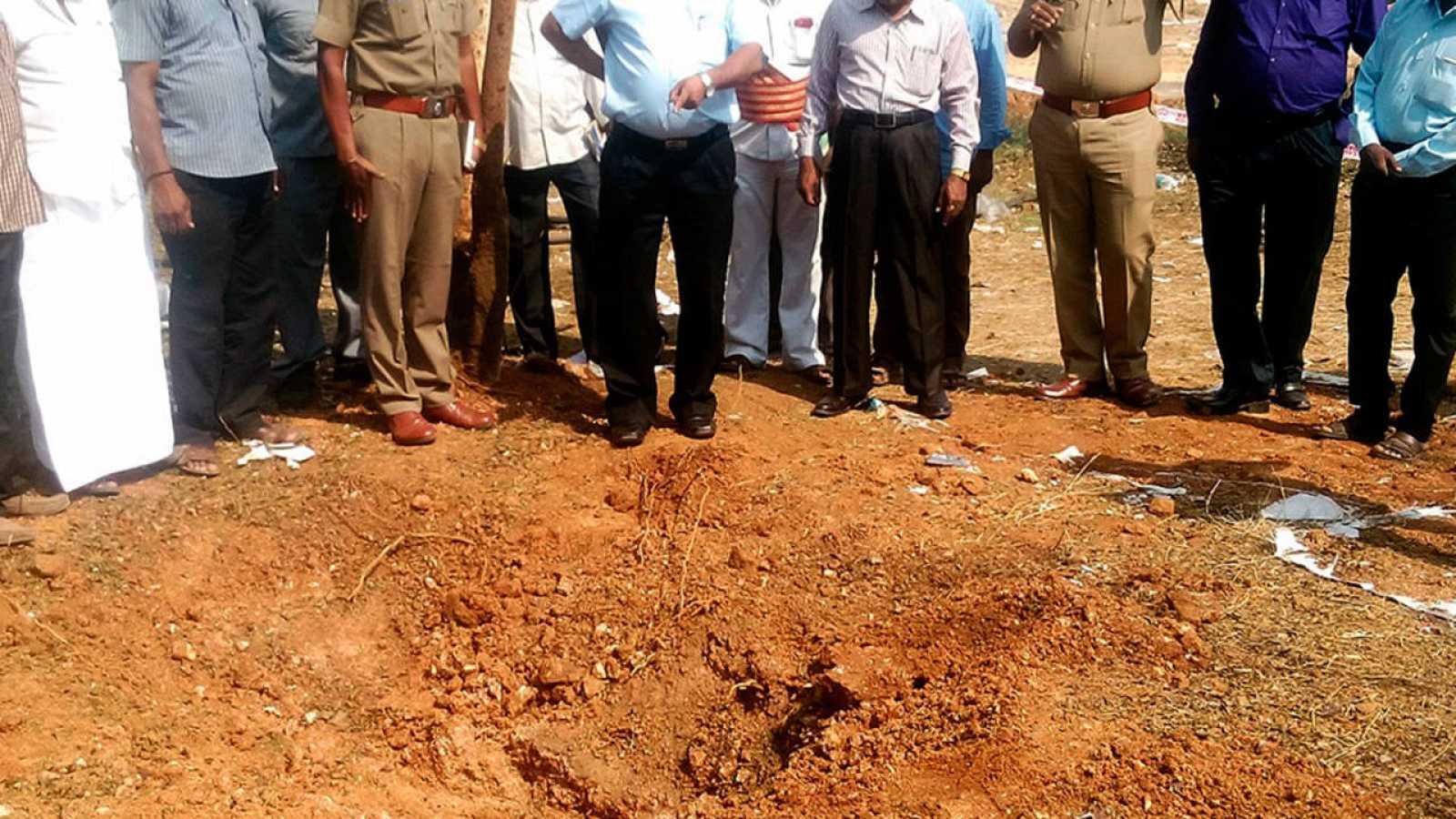 Autoridades indias inspeccionan el lugar donde cayó el presunto meteorito que mató a un hombre e hirió a otras tres personas