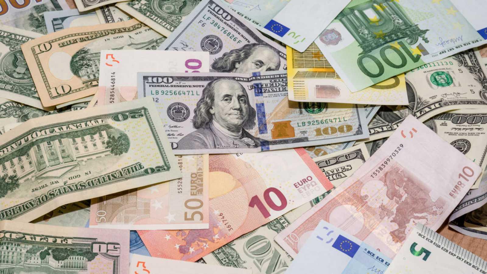 Dólares y euros en billetes de distintas denominaciones