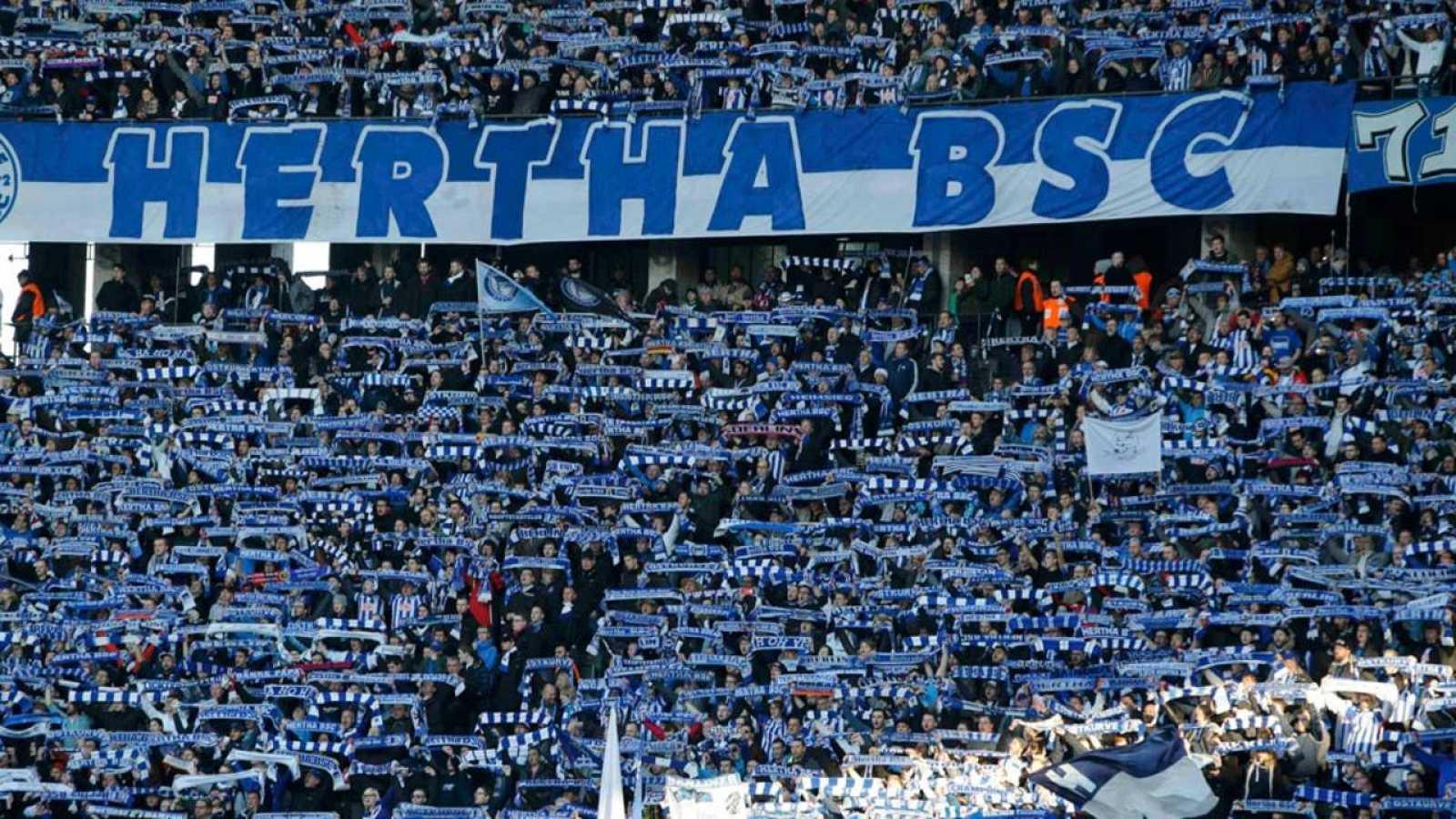 La hinchada del Hertha despliega sus bufandas en apoyo al equipo de la capital alemana