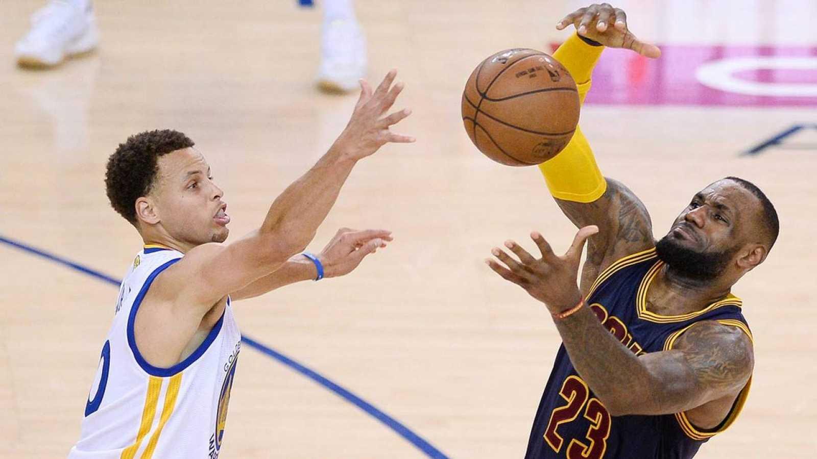 Stephen Curry y LeBron James disputan un balón durante las pasadas finales de la NBA.