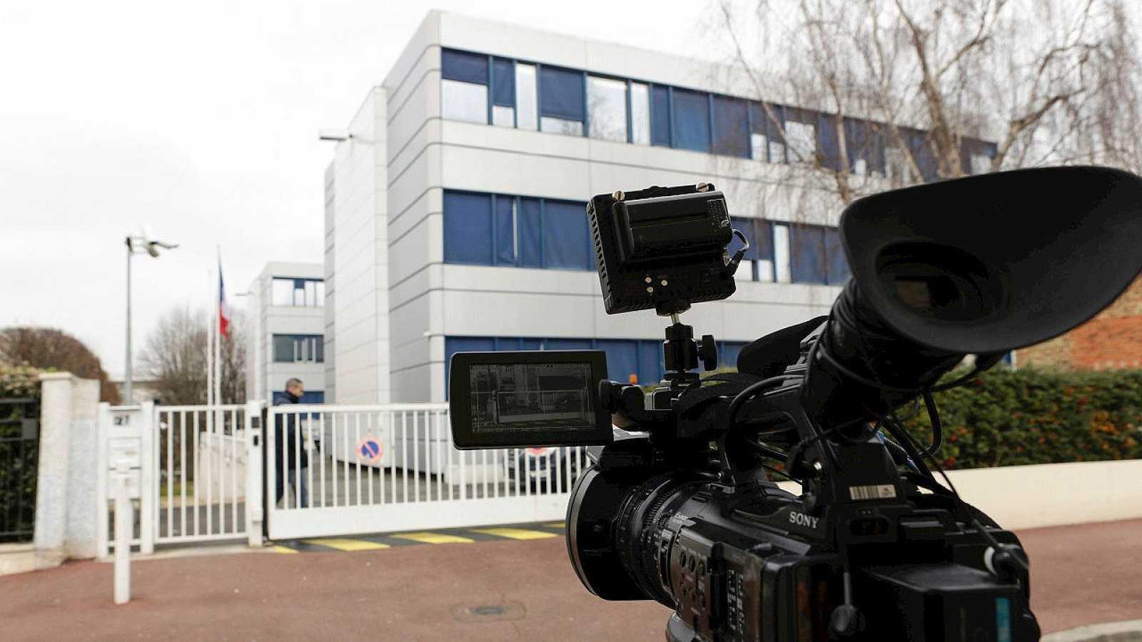 Cámaras de la televisión francesa frente a la sede del Frente Nacional en Nanterre, París, el 17 de febrero de 2016. AFP / Geoffroy Van der Hasselt