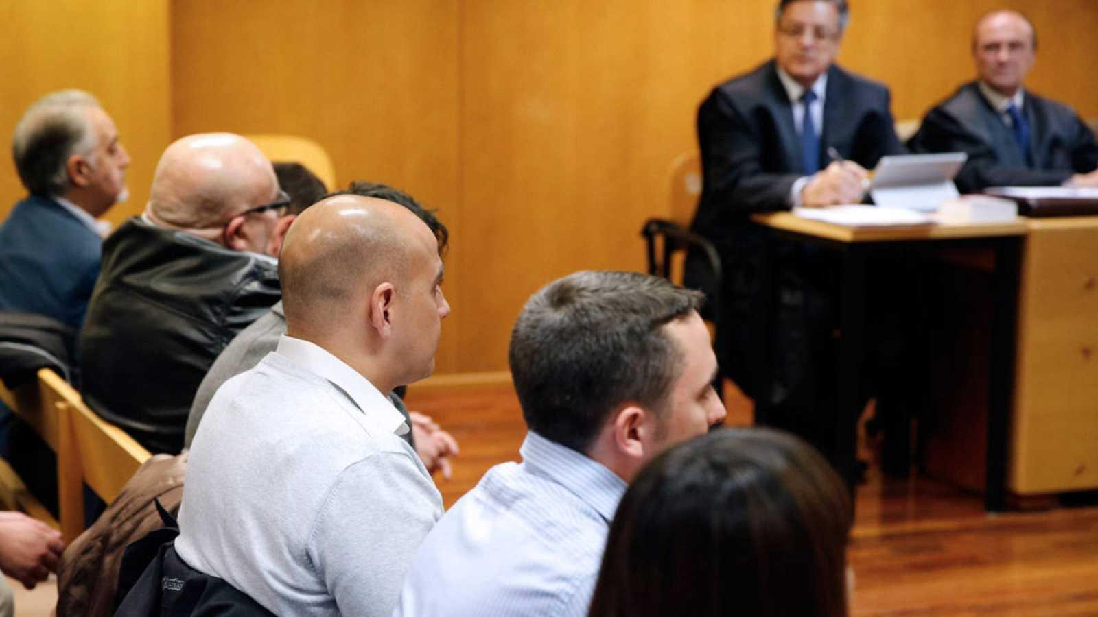 Los 15 ultras que asaltaron el centro cultural Blanquerna de Madrid, durante el juicio.