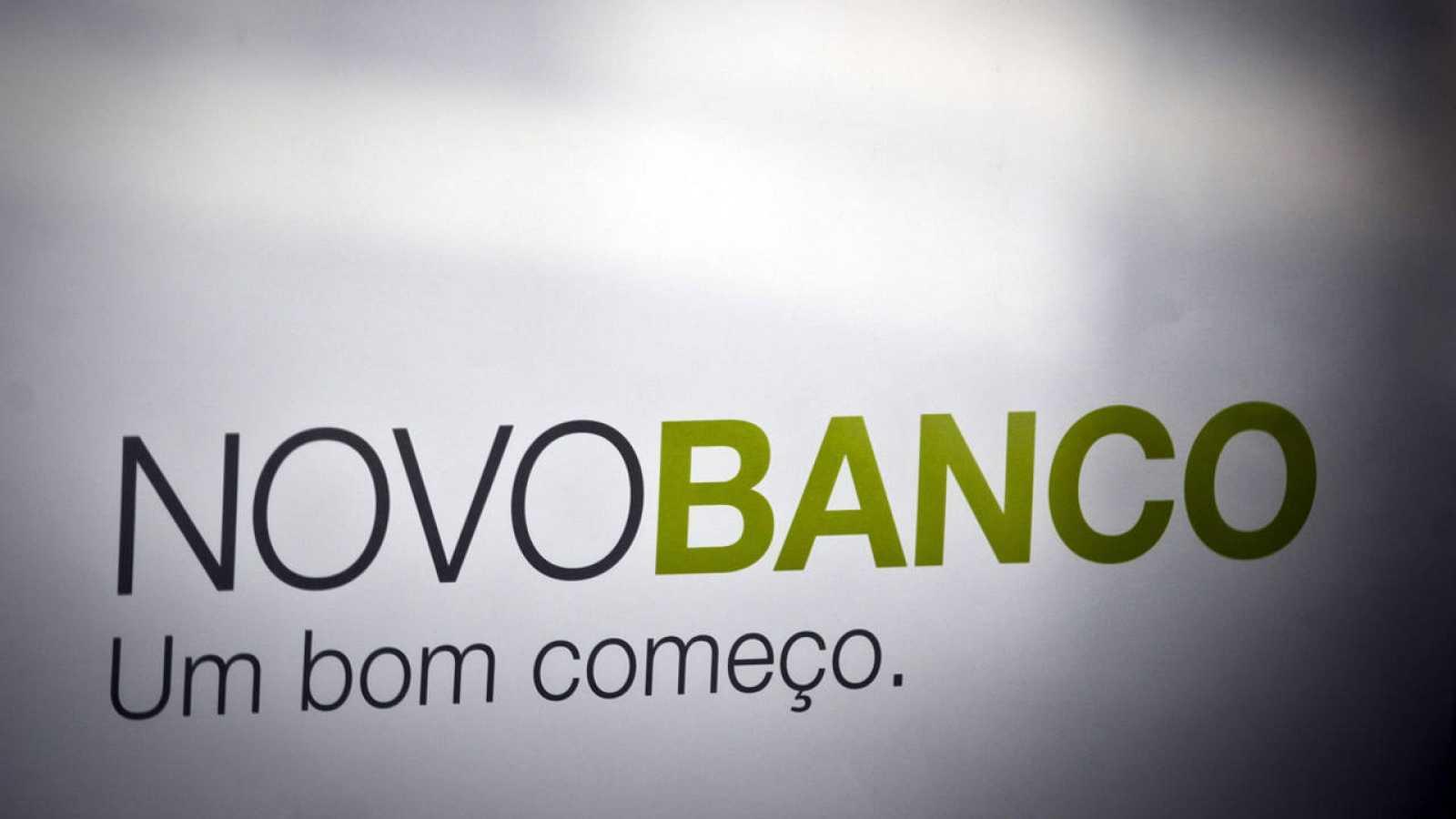 Logo del Novo Banco en una oficina de Lisboa (Portugal)