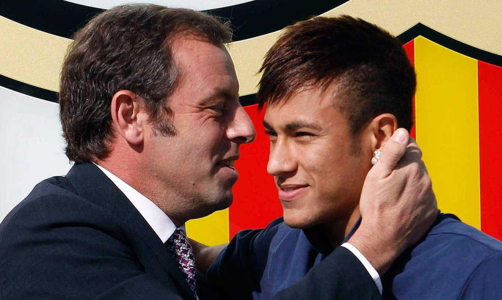 Neymar saluda a Rosell tras su fichaje en 2013