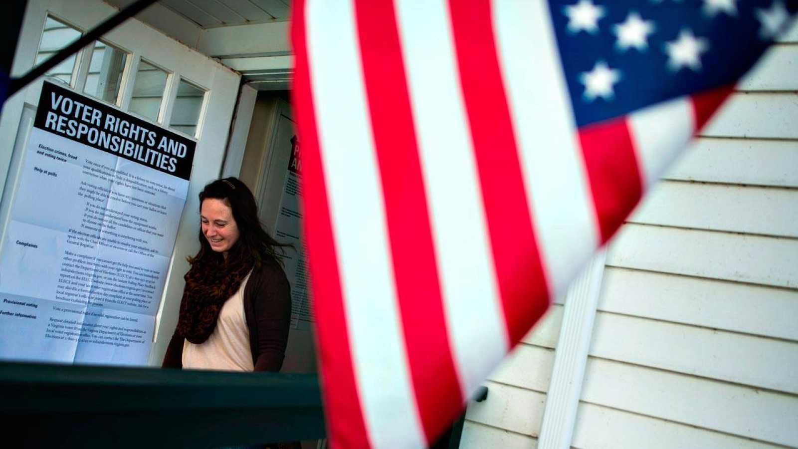 Una mujer vota durante el supermartes en una iglesia luterana de Rochelle, en Virginia, utilizada como centro electoral de las primarias de EE.UU.