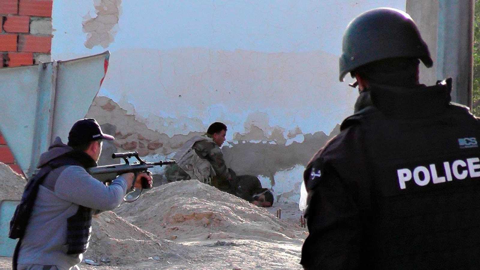 Las fuerzas de seguridad tunecinas examinan el cuerpo de un presunto yihadista en Ben Guerdan