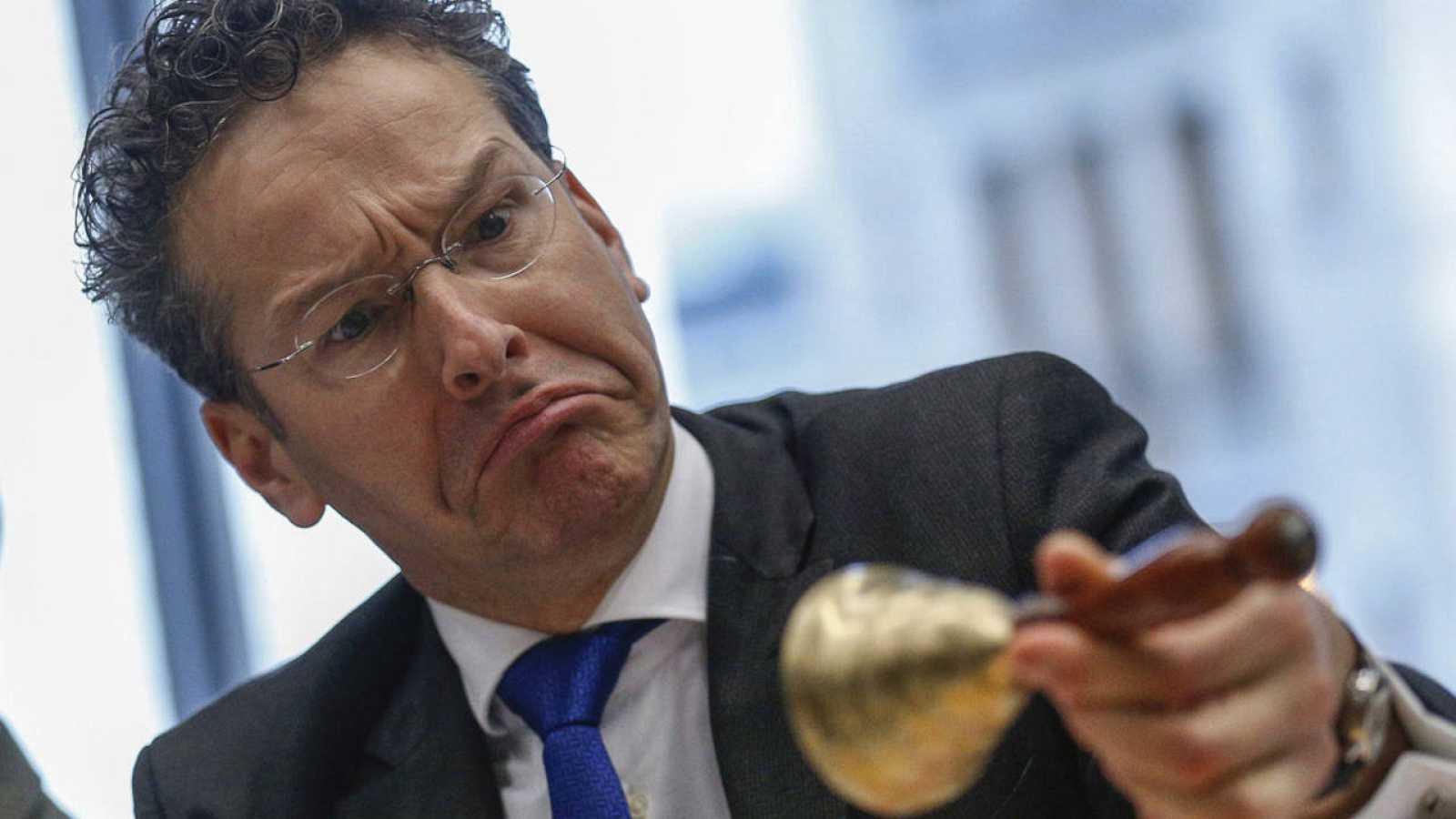 El presidente del Eurogrupo, Jeroen Dijsselbloem, observa una campanilla