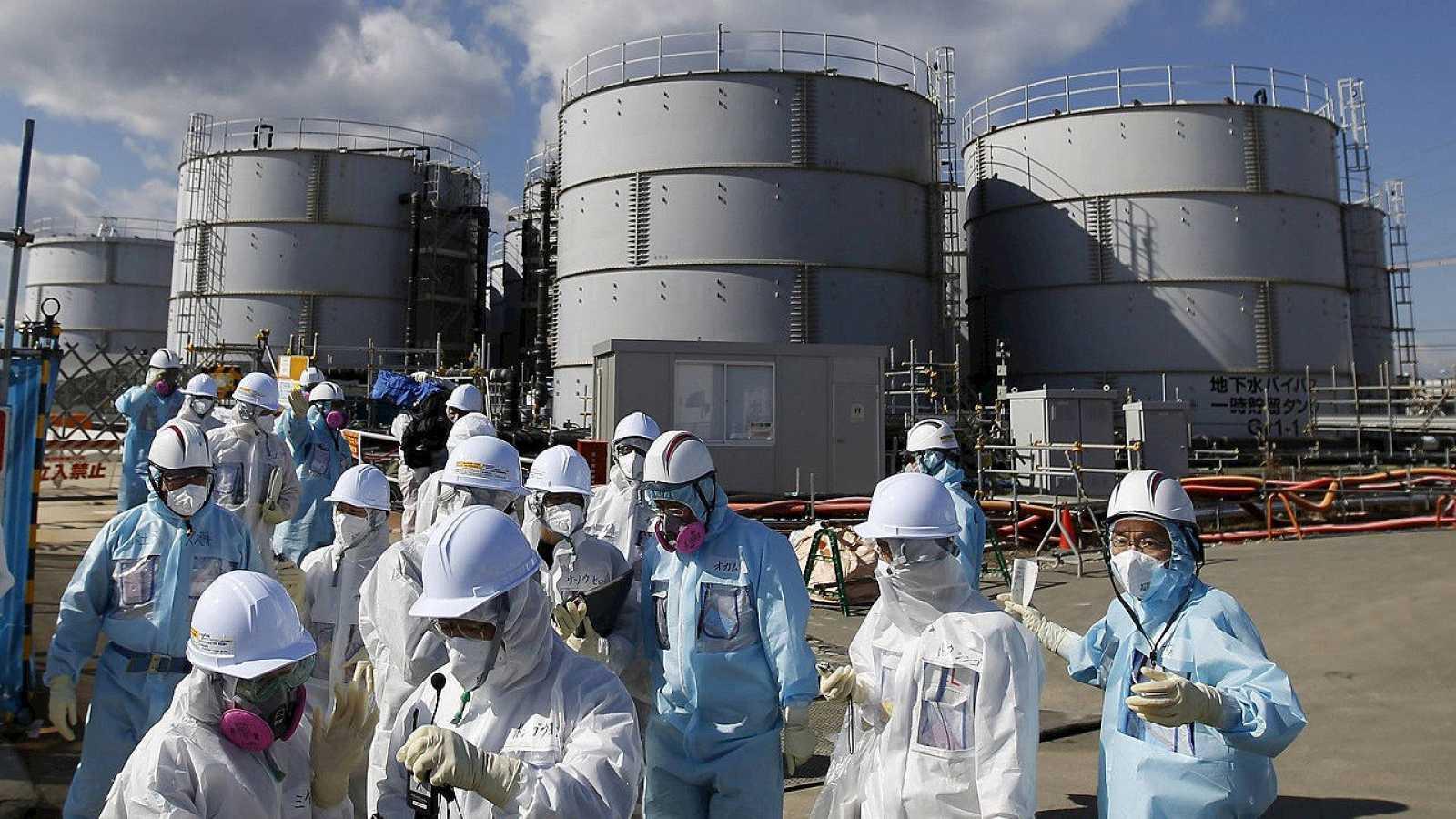 Periodistas protegidos por trajes anti-radiación visitan la central de Fukushima, en Japón, el 10 de febrero de 2016. REUTERS/Toru Hanai