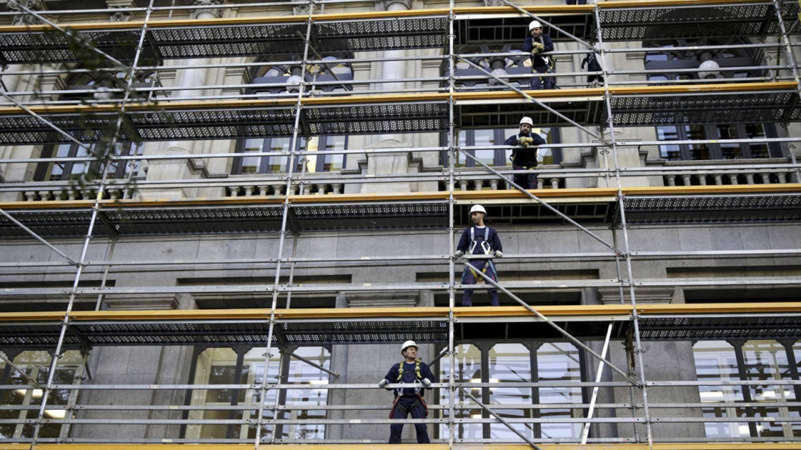 Trabajadores en un andamio