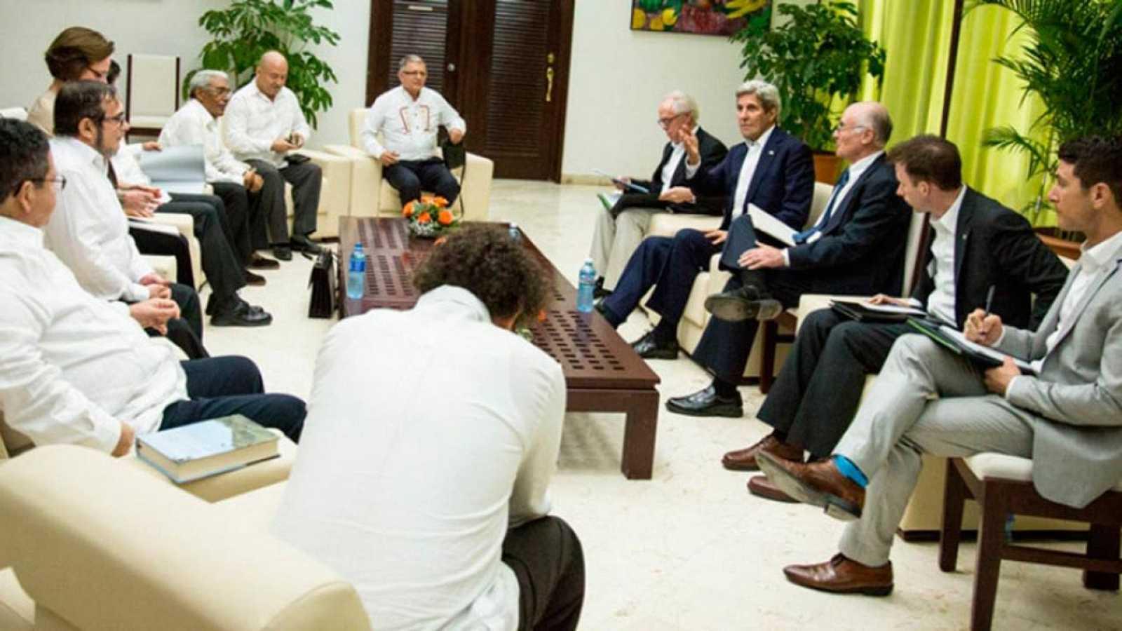 John Kerry y su equipo, en la reunión junto a los representantes de las FARC