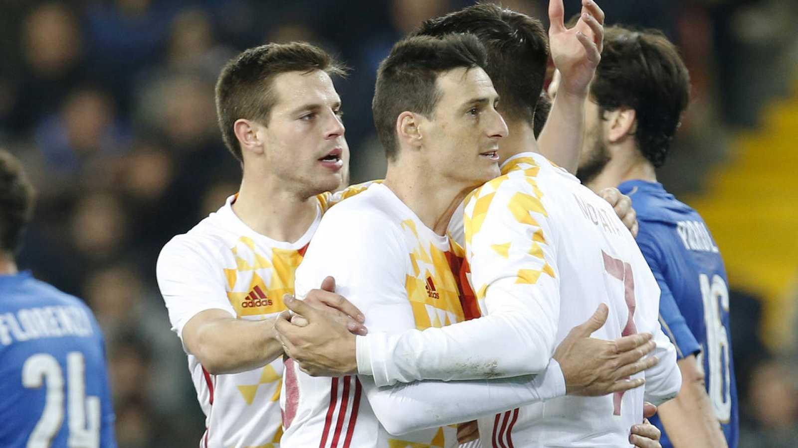 Los jugadores de España celebran con Aduriz el gol ante Italia