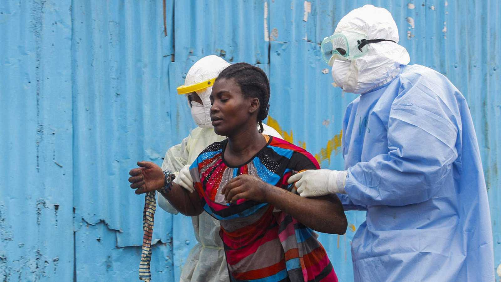 Unos enfermeros liberianos trasladan a una mujer supuestamente infectada de ébola en una foto de archivo.