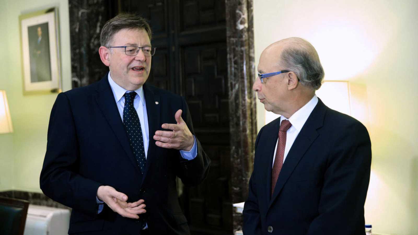 El ministro de Hacienda y Administraciones Públicas, Cristóbal Montoro, conversa con el presidente de la Generalitat valenciana, Ximo Puig