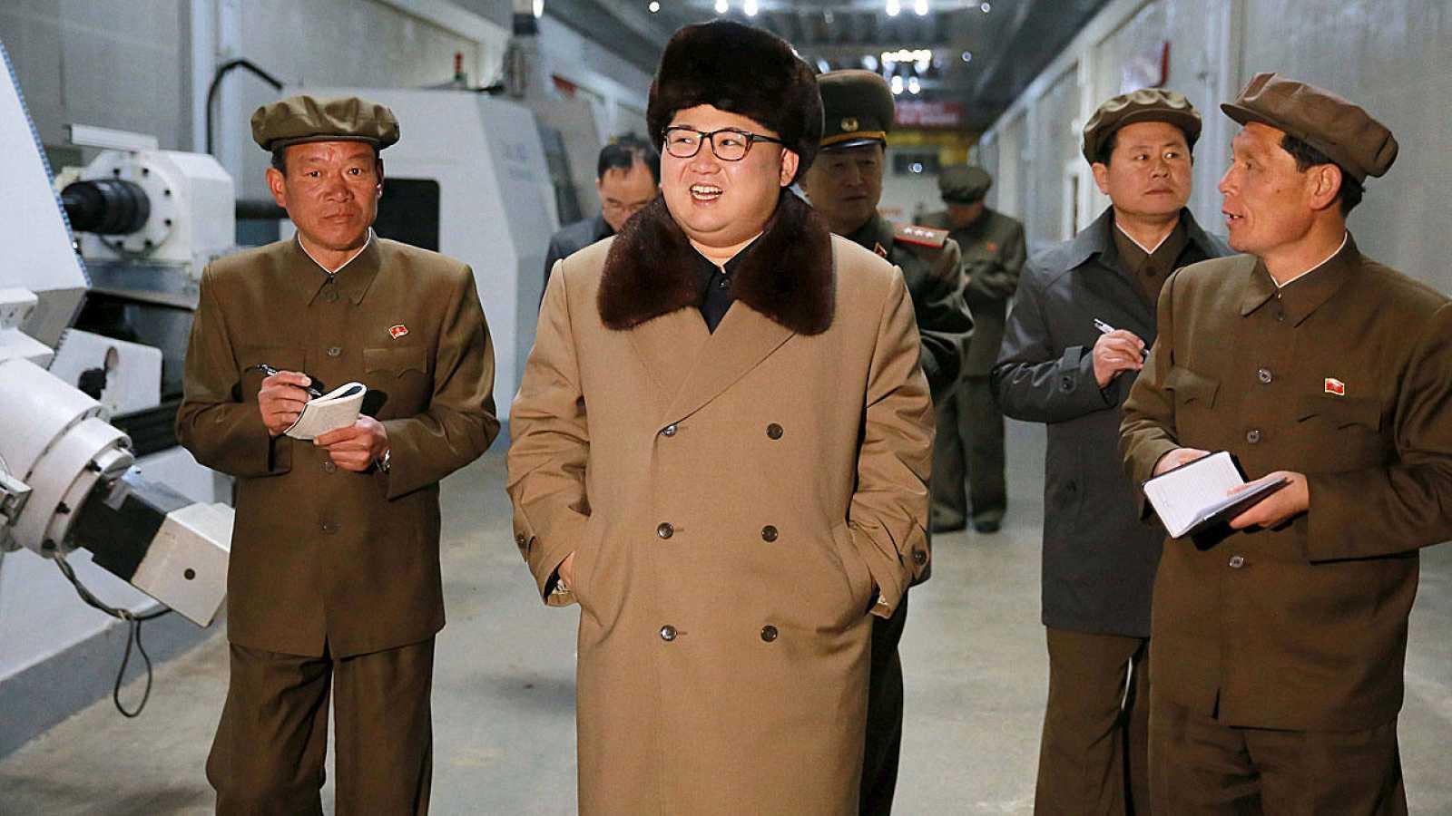 El líder norcoreano, Kim Jong Un, durante una visita a la planta de Tonghungsan, junto a su séquito.