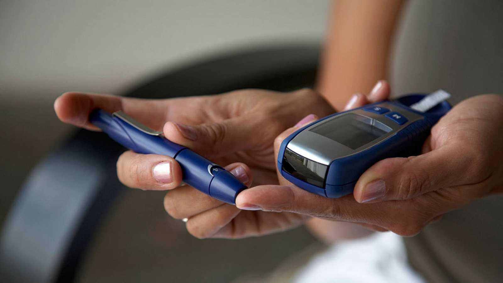 Imagen de una mujer haciéndose una prueba de glucosa.