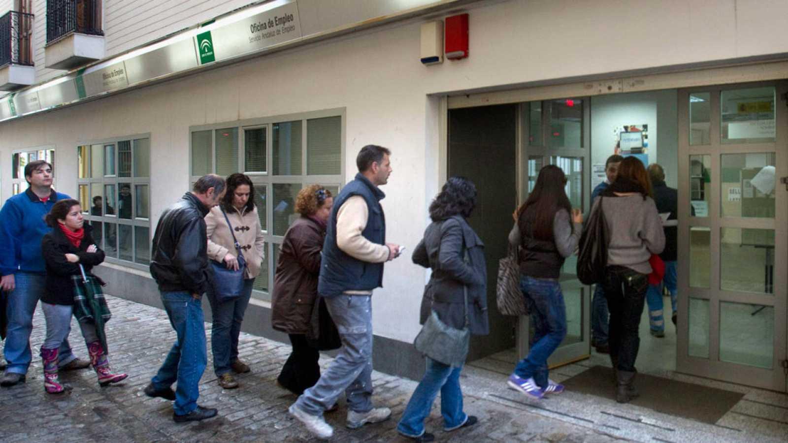 Gente entrando en una oficina de empleo de Sevilla en una imagen de archivo