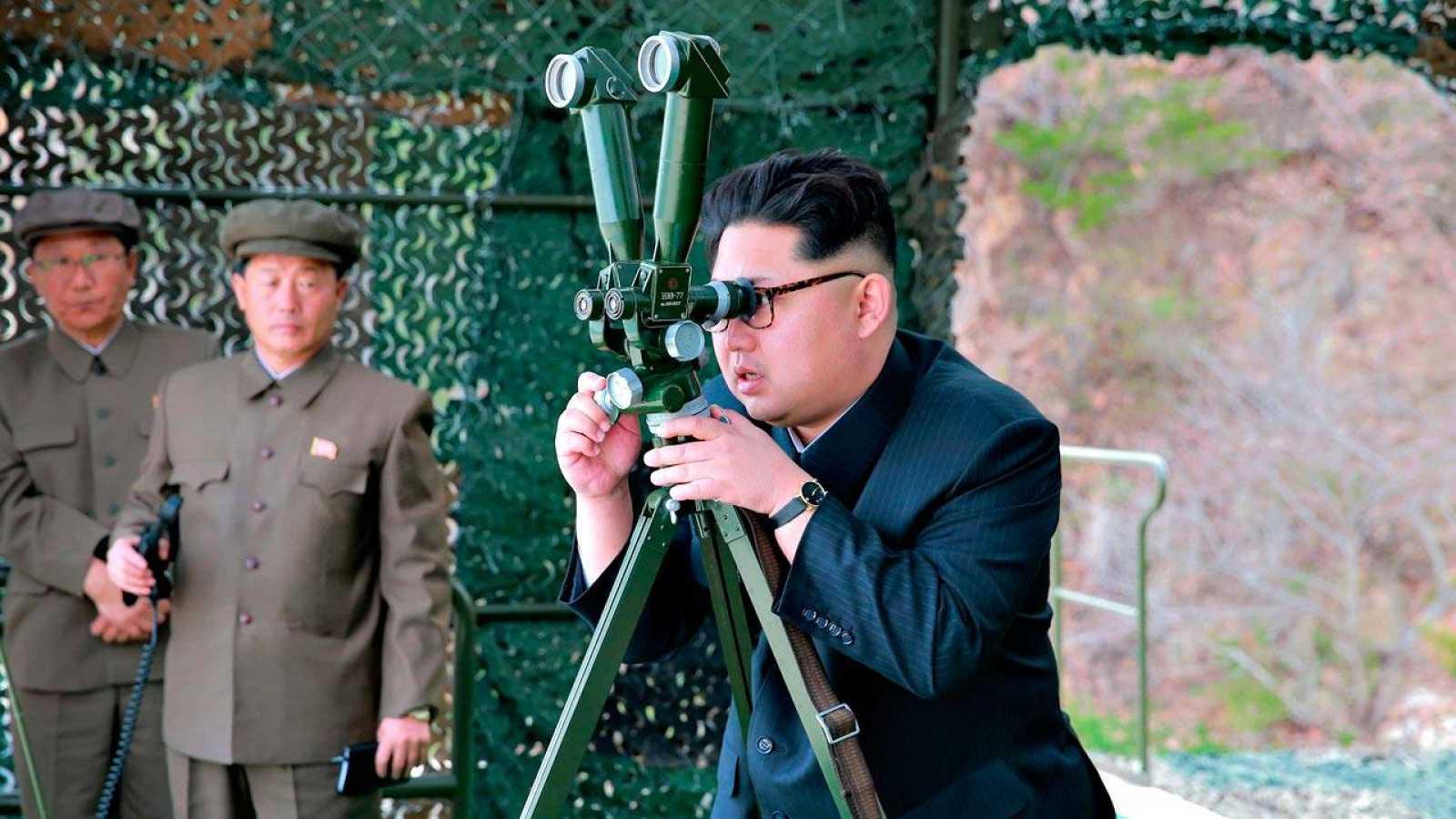 El líder de Corea del Norte, Kim Jong-un, durante un ensayo militar hace pocos días