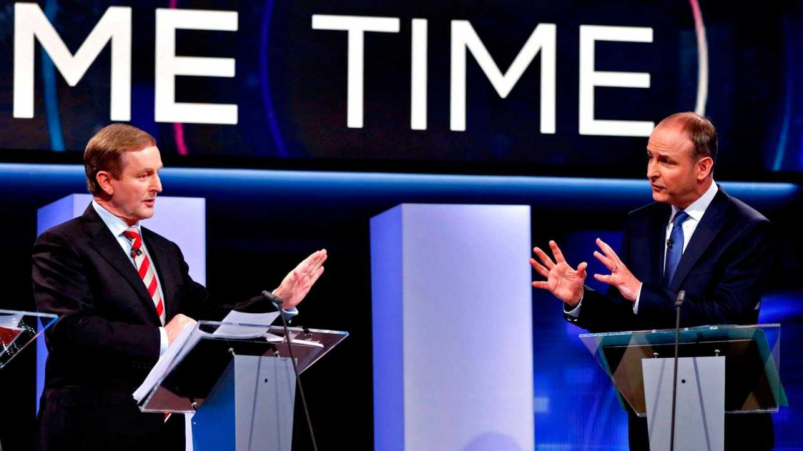 El líder del Fine Gael y primer ministro en funciones de Irlanda, Enda Kenny, debate con Michéal Martin, líder del Fianna Fáil, durante la campaña electoral