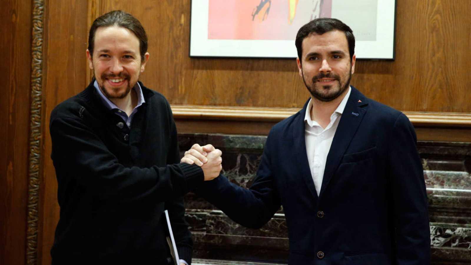 El secretario general de Podemos, Pablo Iglesias, y el portavoz de IU-UP, Alberto Garzón