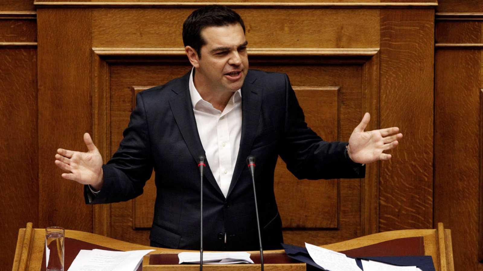 El primer ministro griego, Alexis Tsipras, durante la sesión parlamentaria de este domingo