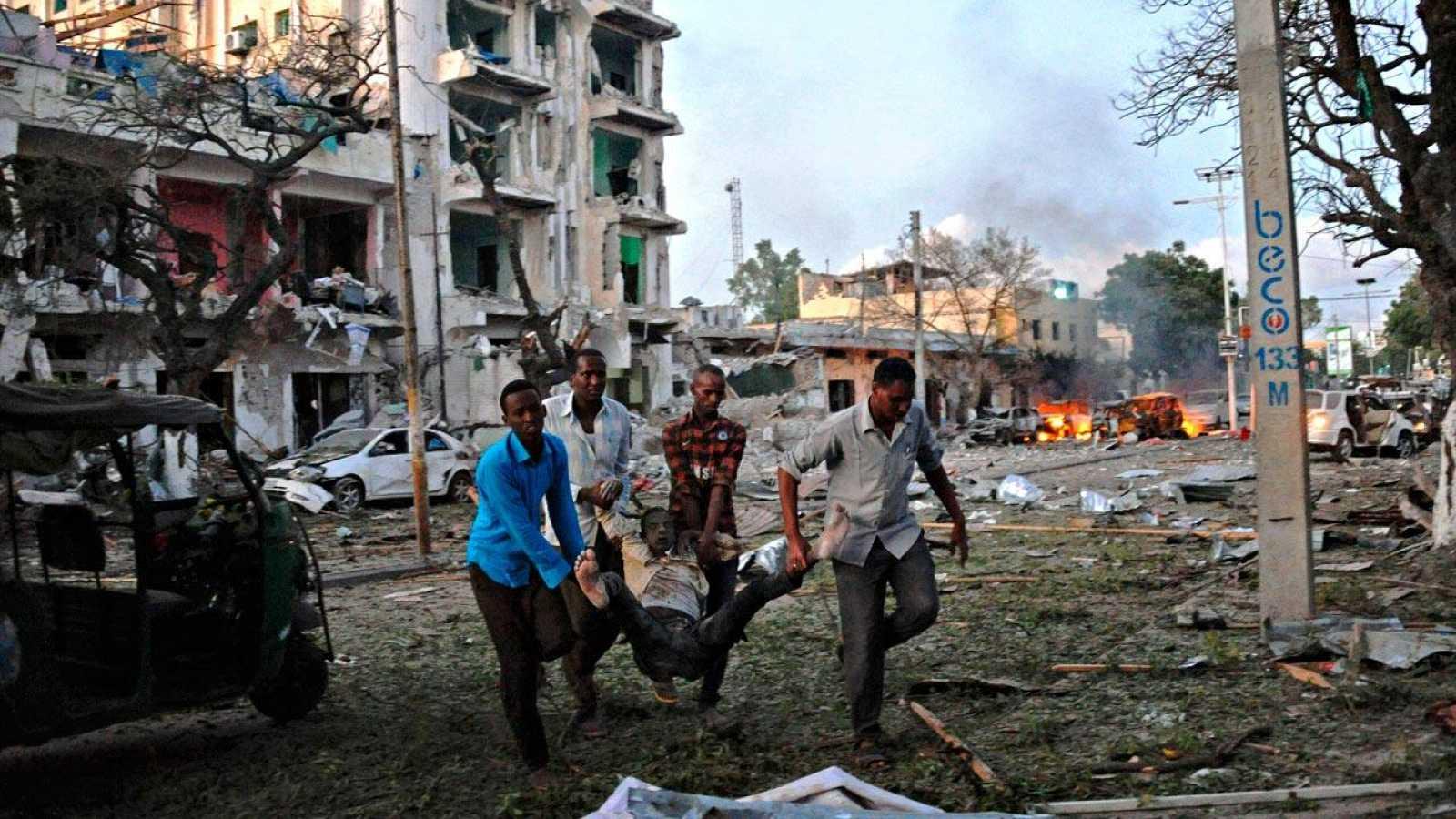 Un herido es evacuado de las cercanías del hotel Amabassador, en el centro de Mogadiscio, tras el atentado yihadista